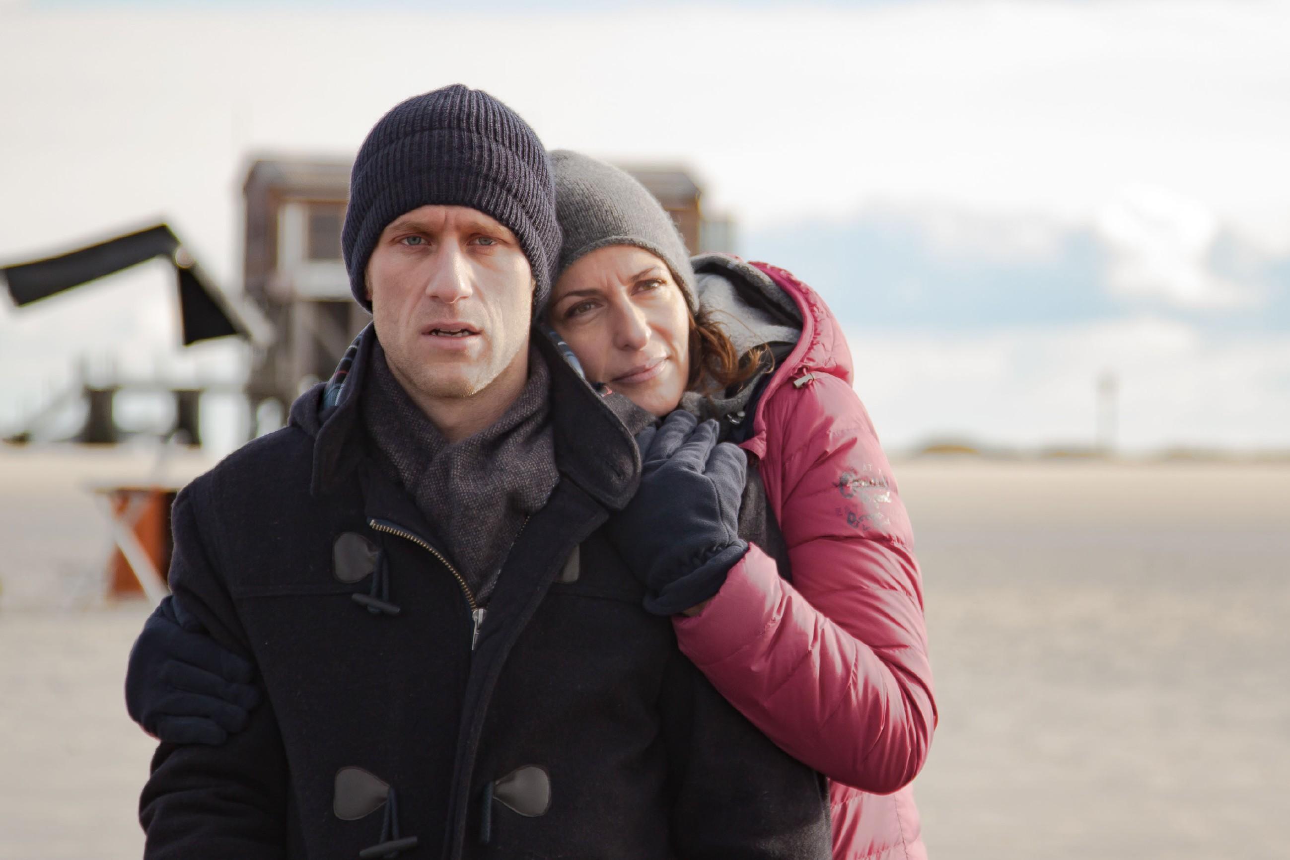 Katrin (Ulrike Frank) und Till versuchen die gemeinsame Zeit am Meer zu genießen, doch Till findet nicht wirklich Ruhe...(Quelle: RTL / Benjamin Kampehl)