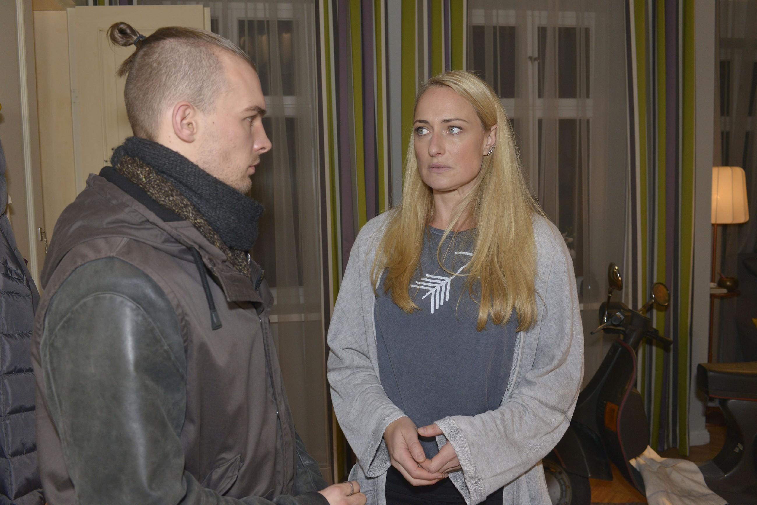 Maren (Eva Mona Rodekirchen) macht Chris (Eric Stehfest) Vorwürfe. (Quelle: RTL / Rolf Baumgartner)