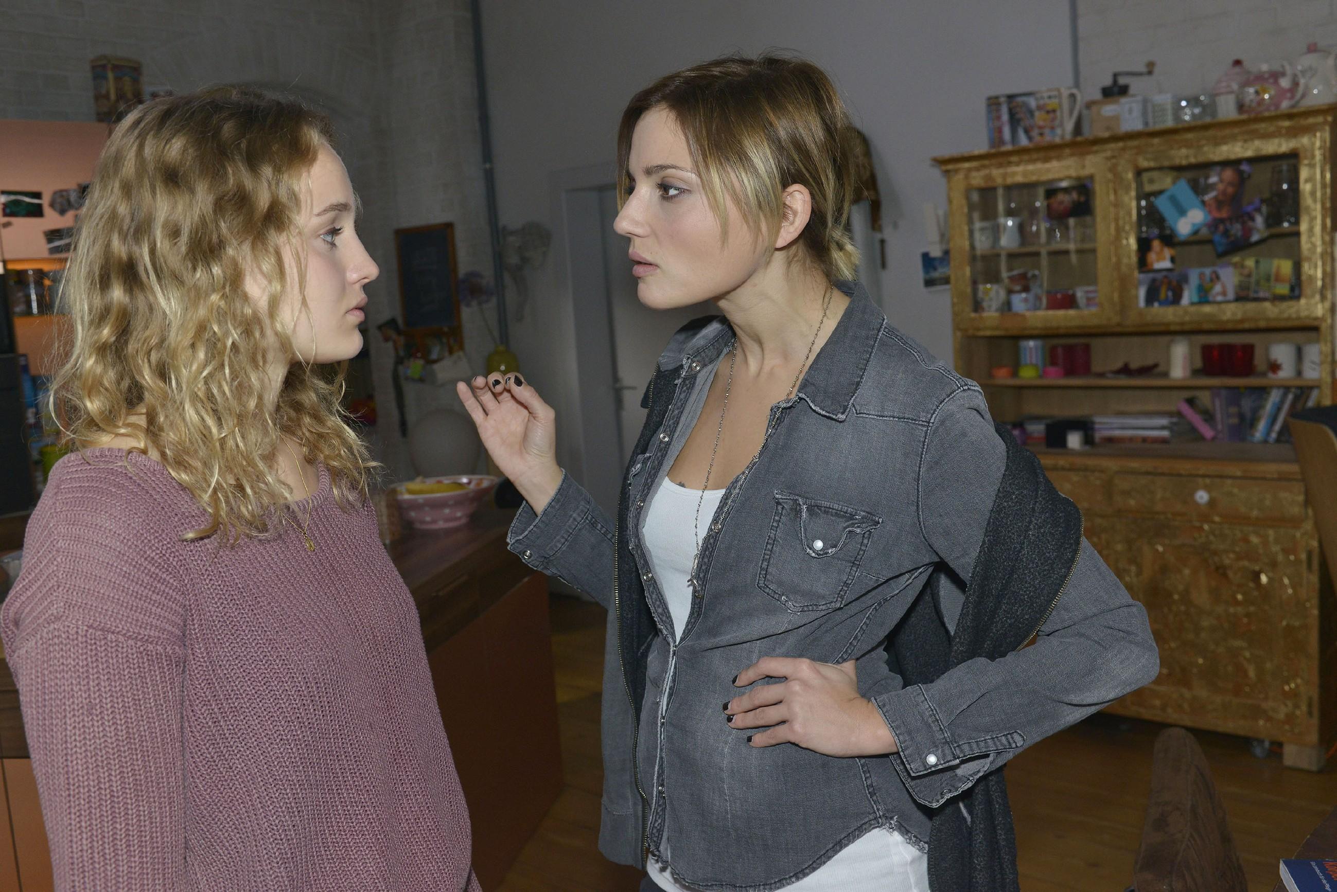 Nachdem Anni (Linda Marlen Runge, r.) Jule (Luise von Finckh) in ihrem Zimmer erwischt hat, kommt es zum Streit zwischen den beiden... (Quelle: RTL / Rolf Baumgartner)