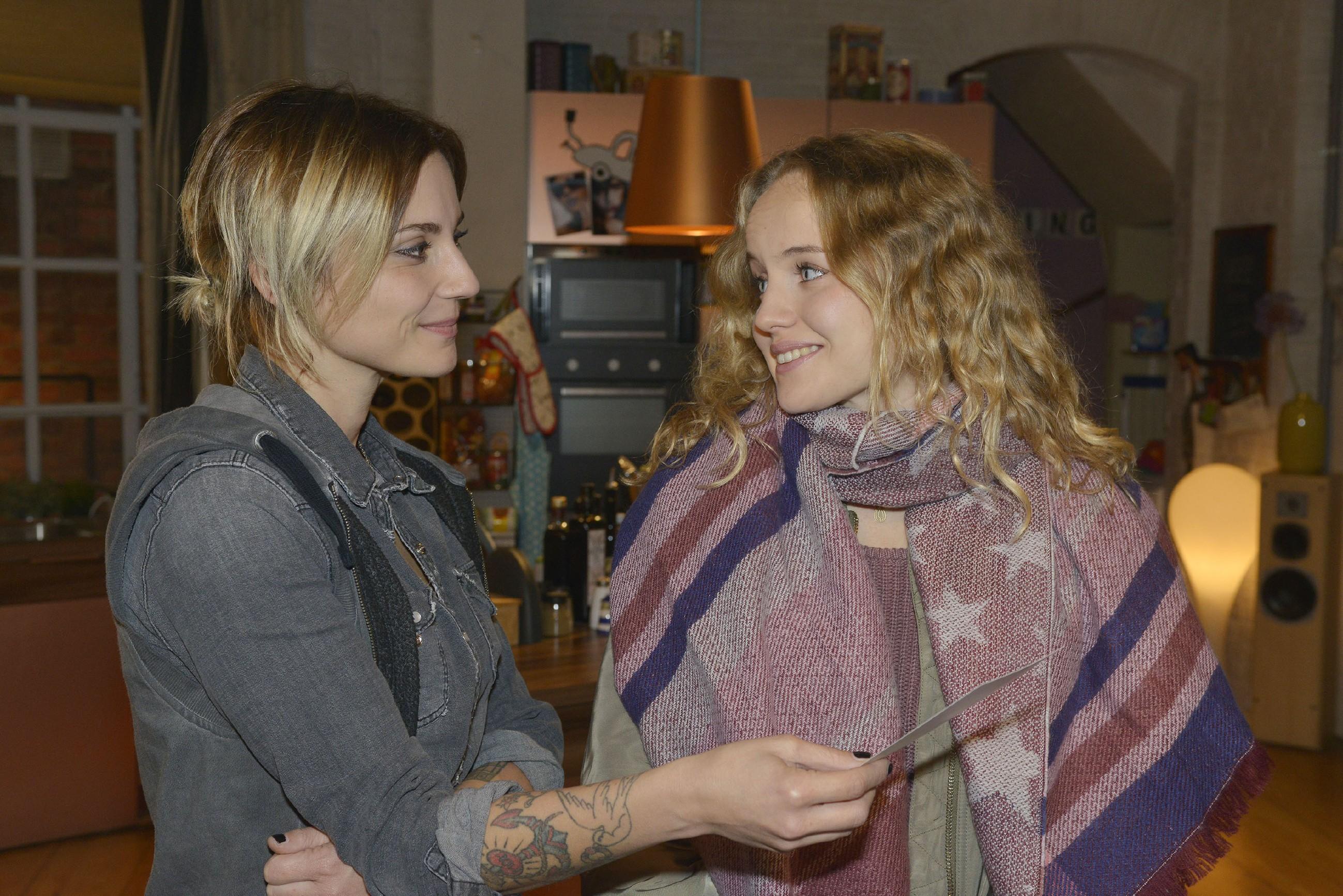 Jule (Luise von Finckh, r.) ist berührt, als sich Anni (Linda Marlen Runge) ihr gegenüber ein wenig öffnet. (Quelle: RTL / Rolf Baumgartner)