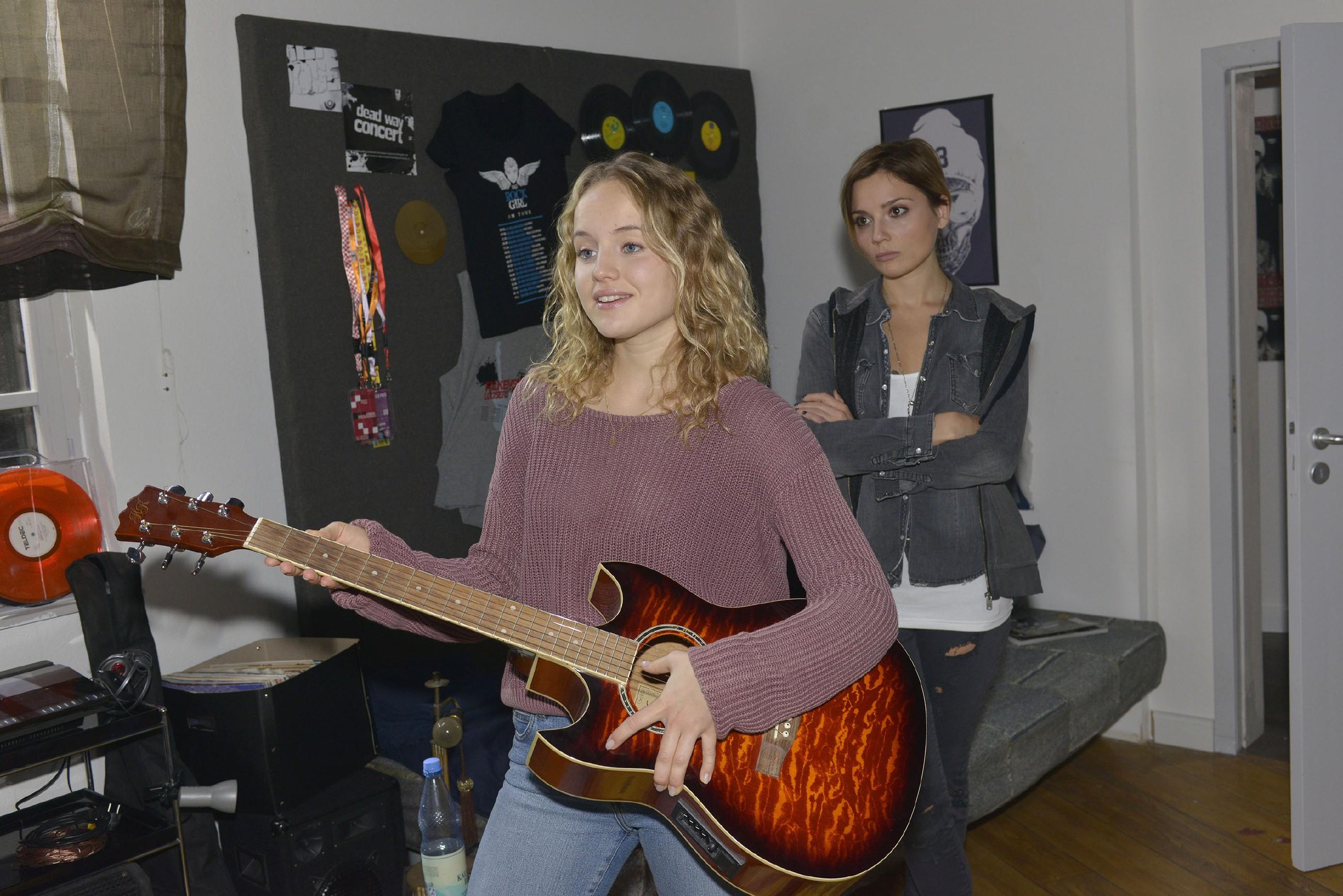 Anni (Linda Marlen Runge, r.) ist alles andere als begeistert, als sie Jule (Luise von Finckh) in ihrem Zimmer erwischt. (Quelle: RTL / Rolf Baumgartner)