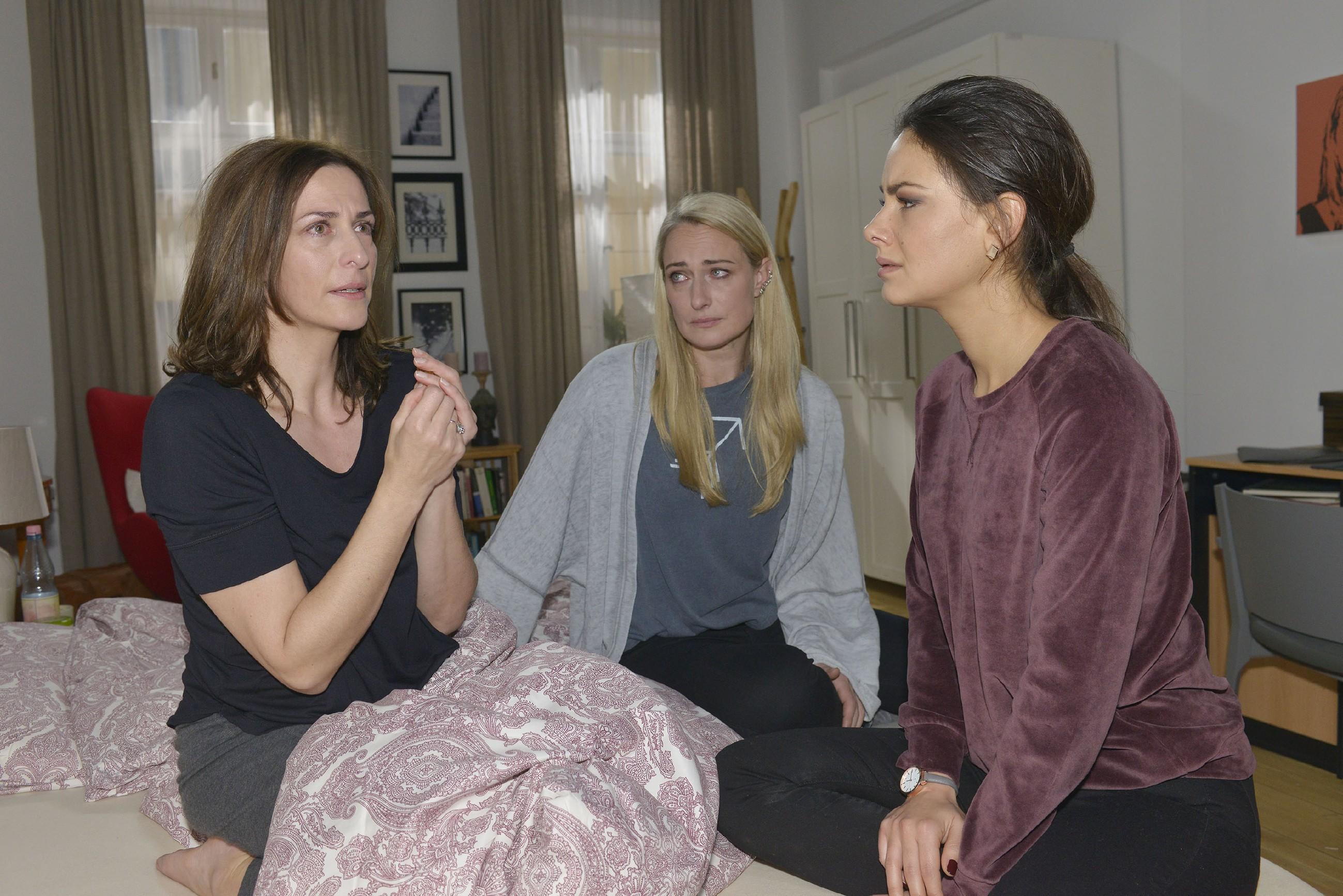 Maren (Eva Mona Rodekirchen, M.) und Jasmin (Janina Uhse, r.) kümmern sich um Katrin (Ulrike Frank), die nicht an sich heranlassen will, dass Till eine Entscheidung getroffen hat... (Quelle: RTL / Rolf Baumgartner)