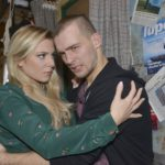 Sunny (Valentina Pahde) kümmert sich um Chris (Eric Stehfest), der in seiner Hilflosigkeit die Nacht durchgemacht hat. (Quelle: RTL / Rolf Baumgartner)