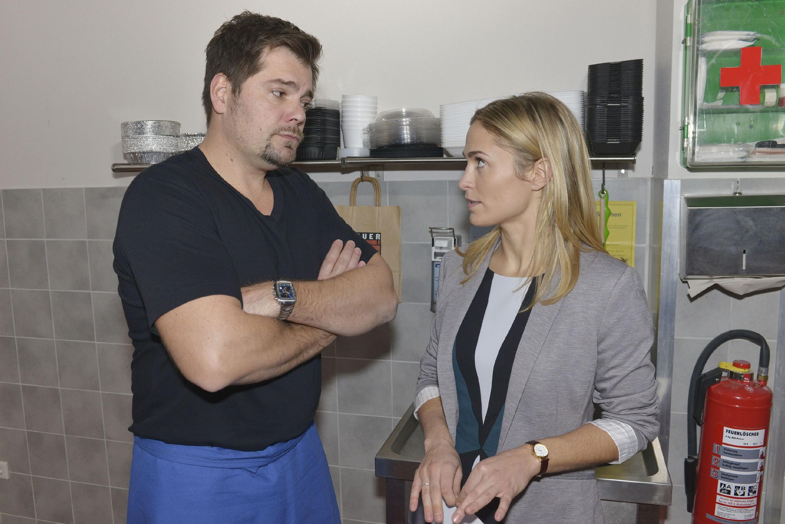 Sophie (Lea Marlen Woitack) versucht die beklommene Stimmung zwischen Leon (Daniel Fehlow) und sich zu entkrampfen, und tatsächlich stellt sich für einen Moment die alte Verbundenheit ein. Aber reicht das für einen Neuanfang? (Quelle: RTL / Rolf Baumgartner)
