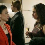 Simone (Tatjana Clasing, l.) fragt Carmen (Heike Warmuth) nach Michelle. (Quelle: RTL / Kai Schulz)