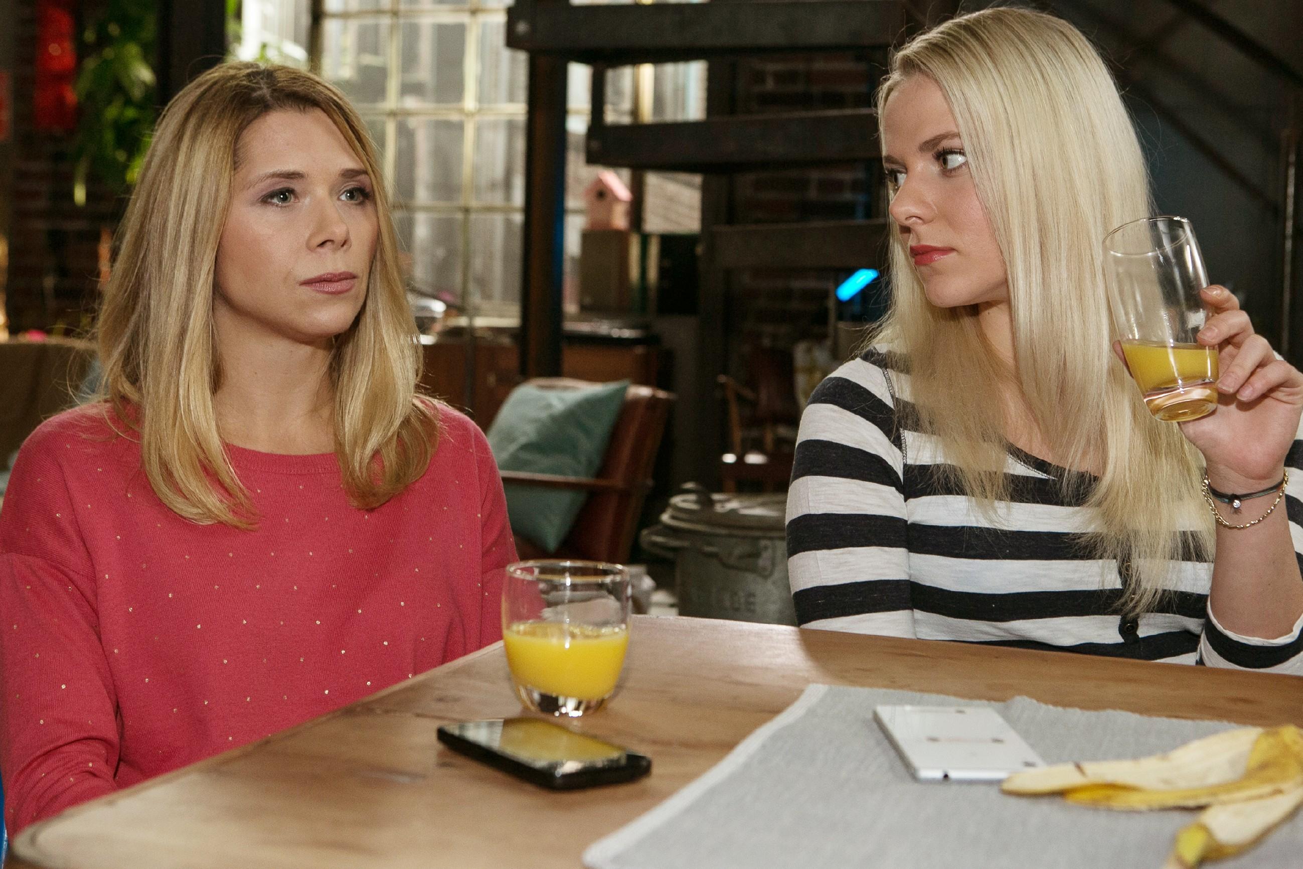 Diana (Tanja Szewczenko, l.) konzentriert sich voll darauf, Maries (Cheyenne Pahde) Ruf bei der Eisgala zu rehabilitieren und hofft, dass Brandon nie von ihrer Lüge erfährt. (Quelle: RTL / Kai Schulz)
