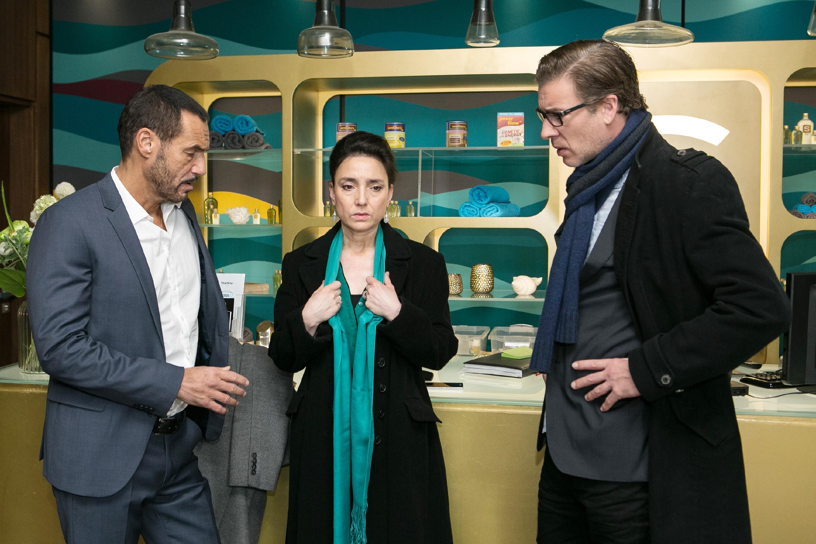 Richard (Silvan-Pierre Leirich), Simone (Tatjana Clasing) und Christoph (Lars Korten) bangen um Vanessa, die das Geiseldrama zu beenden versucht. (Quelle: RTL / Kai Schulz)