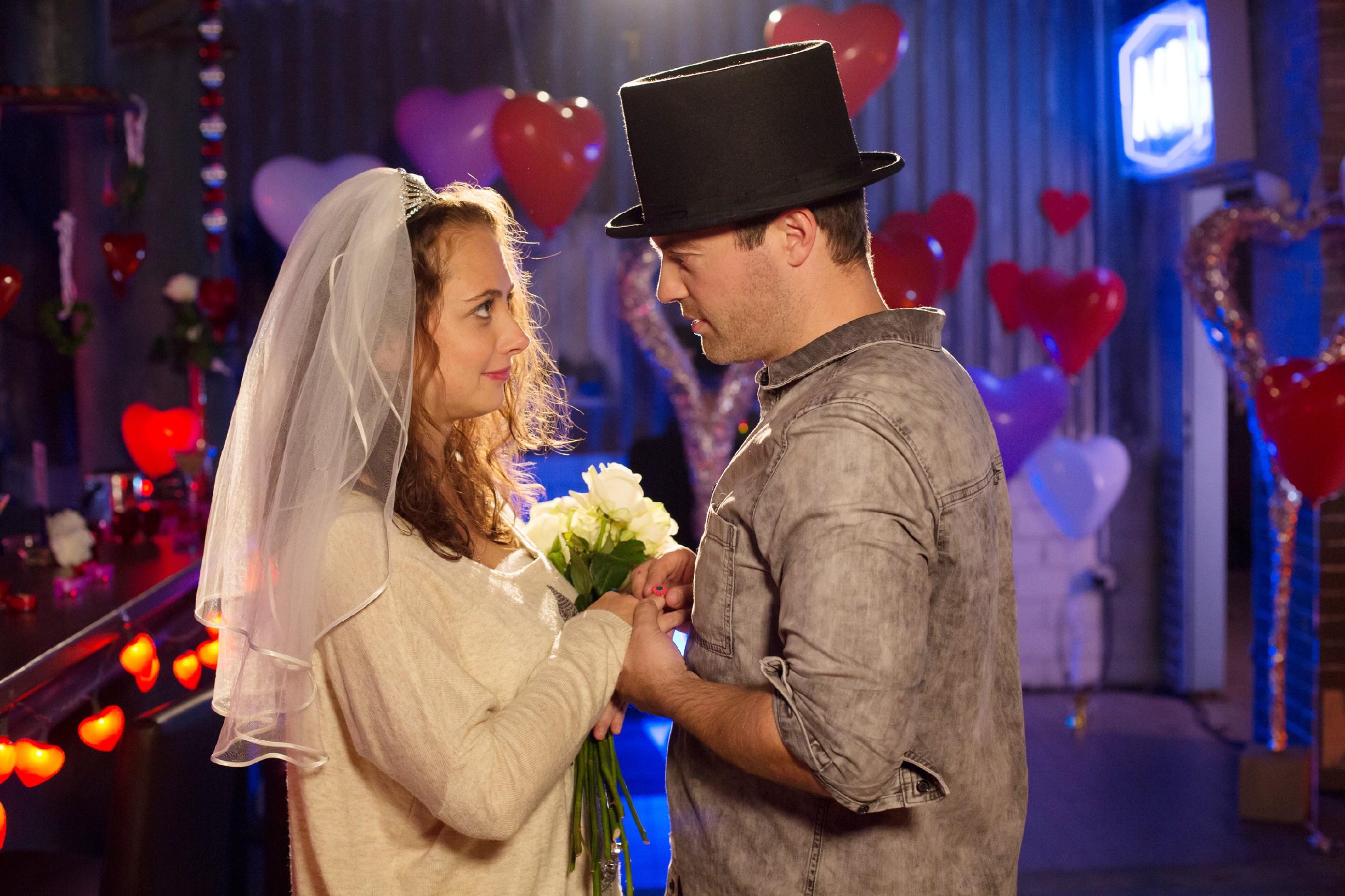 Carmen (Heike Warmuth) nimmt Bens (Jörg Rohde) romantischen Heiratsantrag gerührt an, doch die Feier nimmt ein jähes Ende ... (Quelle: RTL / Michael Böhme)