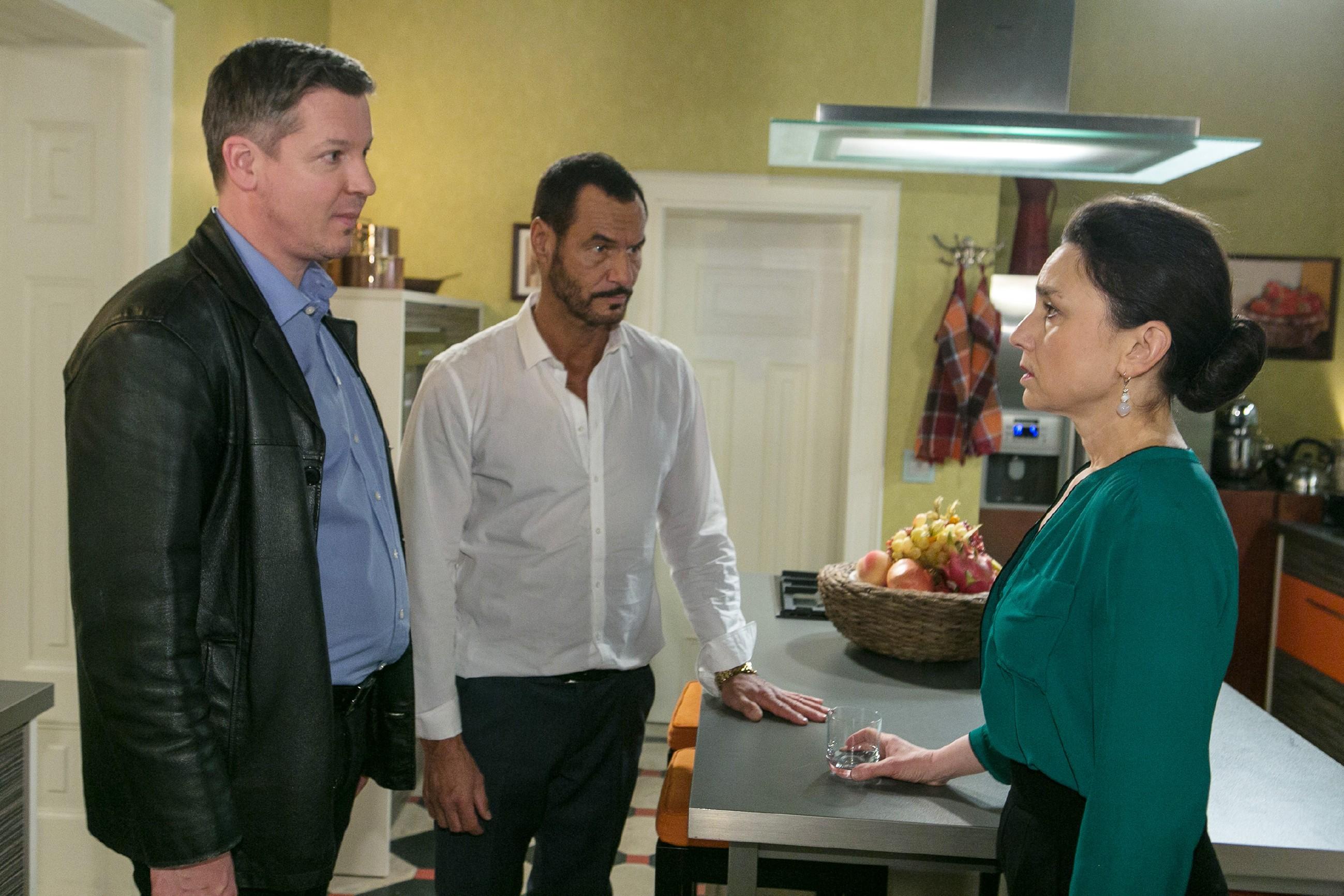 Richard (Silvan-Pierre Leirich, M.) und Simone (Tatjana Clasing) erfahren beunruhigt von Kommissar Dirk Hohnert (Markus Haase), dass Maximilian aus dem Krankenhaus geflohen ist. (Quelle: RTL / Kai Schulz)