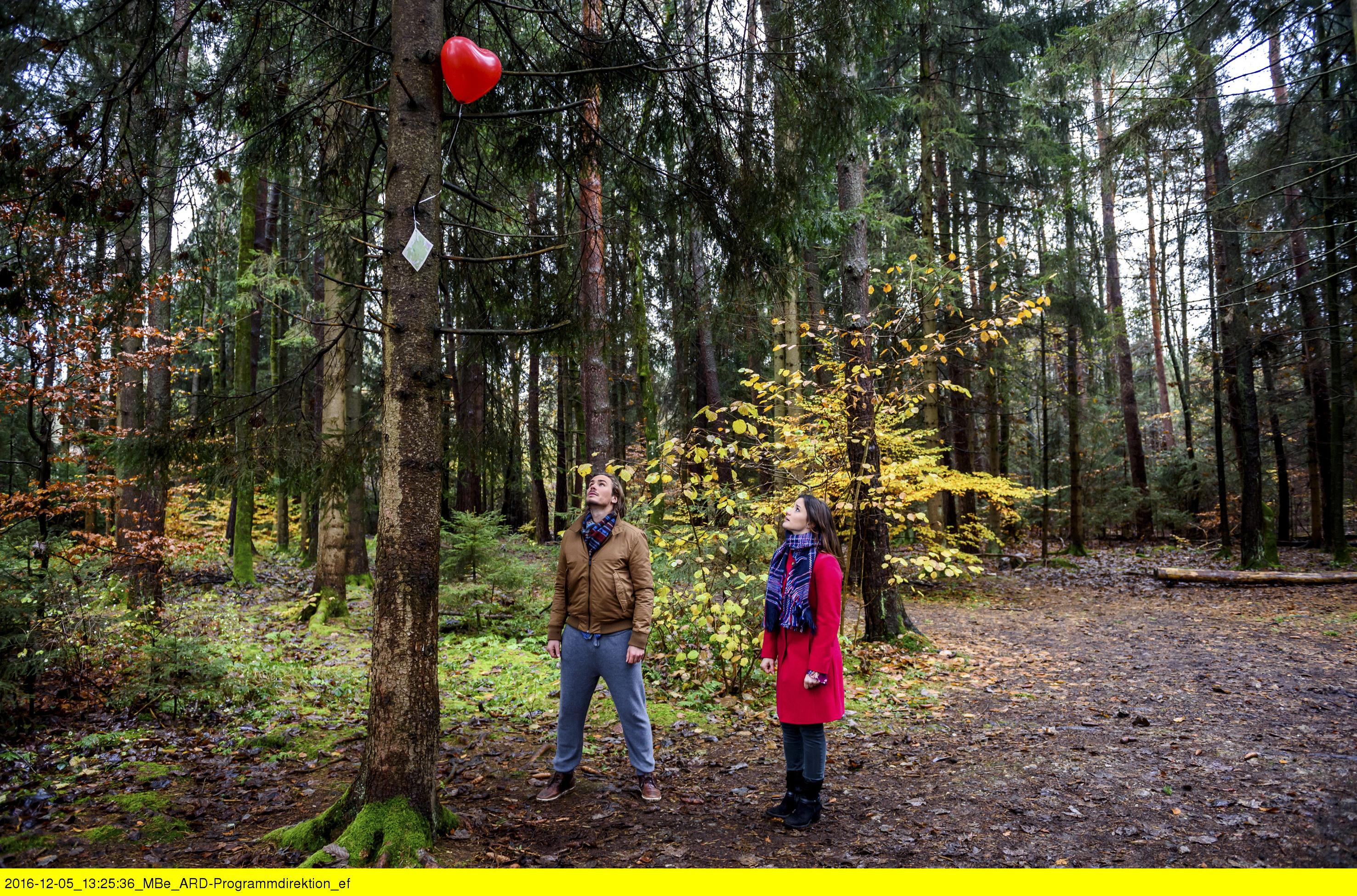 ARD STURM DER LIEBE FOLGE 2616, am Freitag (20.01.17) um 15:10 Uhr im ERSTEN. Clara (Jeannine Michèle Wacker, r.) und William (Alexander Milz, l.) entdecken in einem Baum einen Ballon mit einer Karte. (Quelle: ARD/Christof Arnold)