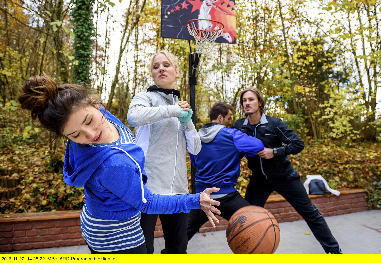 ARD STURM DER LIEBE FOLGE 2612, am Montag (16.01.17) um 15:10 Uhr im ERSTEN. Bei einem gemeinsamen Basketballspiel zwischen Adrian (Max Alberti, 2.v.r.), William (Alexander Milz, r.), Clara (Jeannine Michèle Wacker, l.) und Desirée (Louisa von Spies, 2.v.l.), bahnen sich Desirées angestaute Emotionen ihren Lauf … (Quelle: ARD/Christof Arnold)