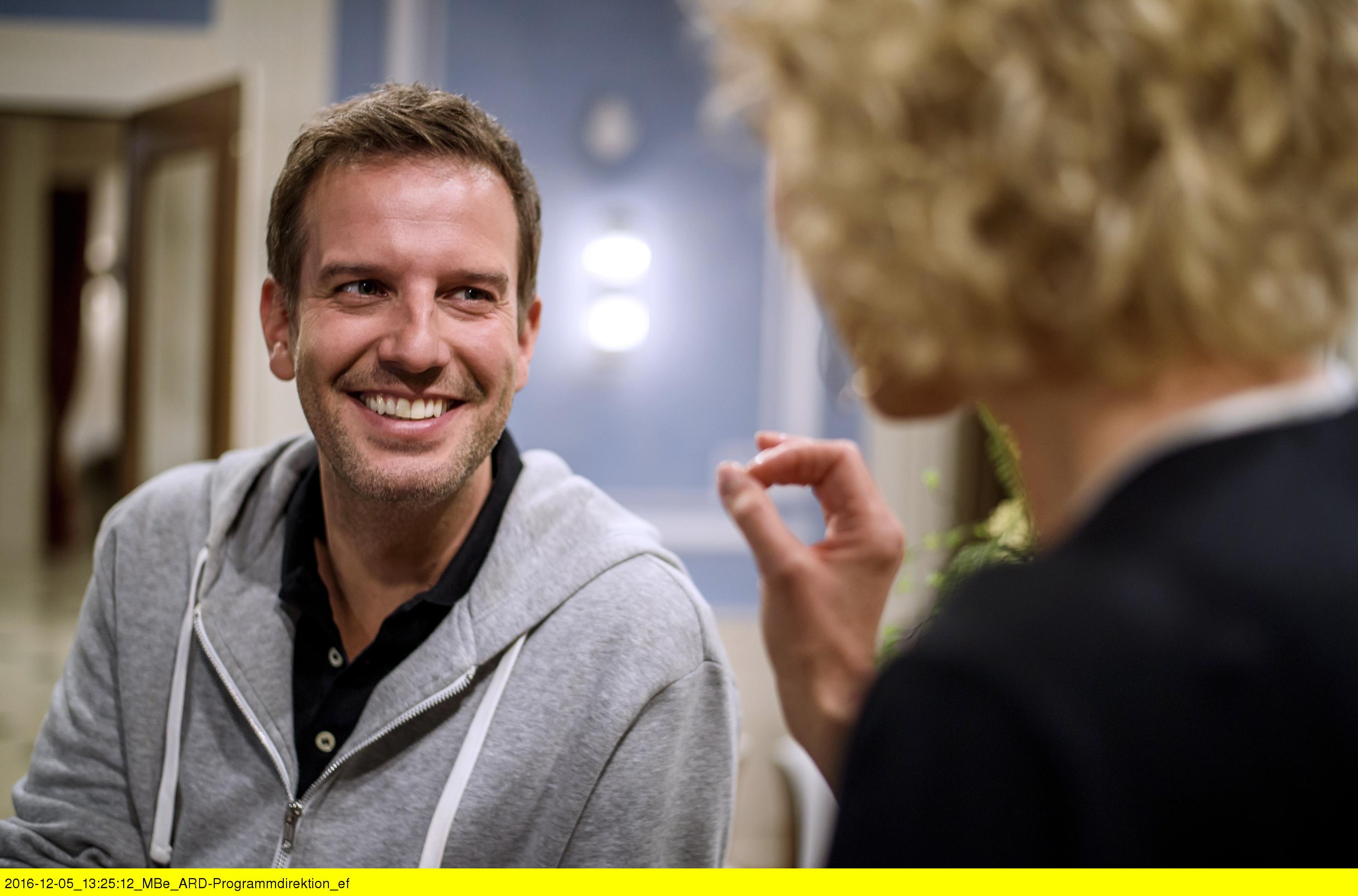 ARD STURM DER LIEBE FOLGE 2617, am Montag (23.01.17) um 15:10 Uhr im ERSTEN. Natascha (Melanie Wiegmann, r.) bittet Nils (Florian Stadler, l.) ihr Poker-Lehrer zu sein. (Quelle: ARD/Christof Arnold)