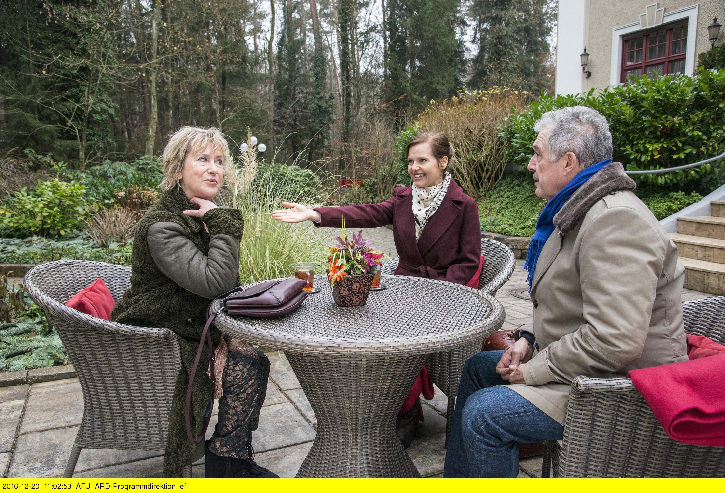 ARD STURM DER LIEBE FOLGE 2628, am Dienstag (07.02.17) um 15:10 Uhr im ERSTEN. Melli (Bojana Golenac, M.) stellt André (Joachim Lätsch, r.) ihrer Mutter Gerti (Beatrice Richter, l.) vor. (Quelle: ARD/Marco Meenen)