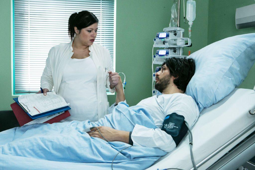 Maximilian (Francisco Medina) fleht Vanessa (Julia Augustin) an, ihm bei einer Flucht zu helfen...