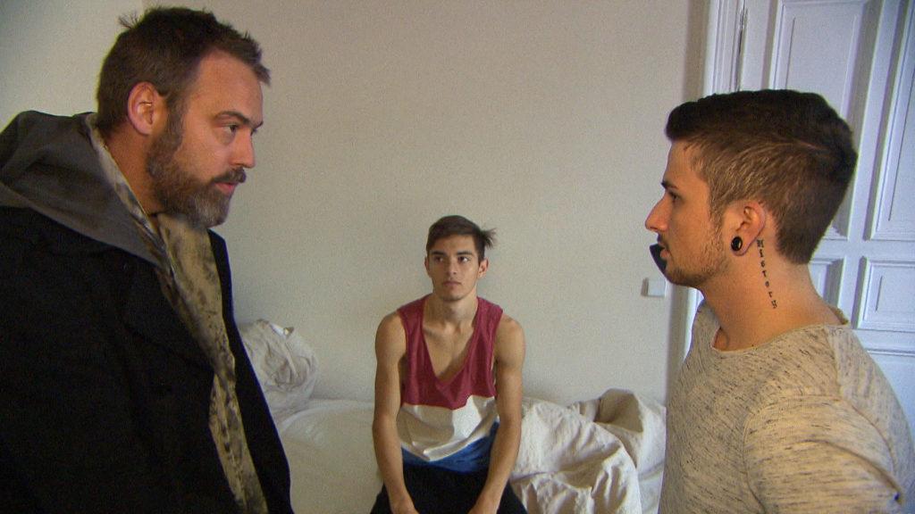 Theo (li.) will beim Pokern so viel Geld verdienen, dass es für eine gemeinsame Wohnung für ihn und seine Söhne Malte (mi.) und Jannes (re.) reicht.