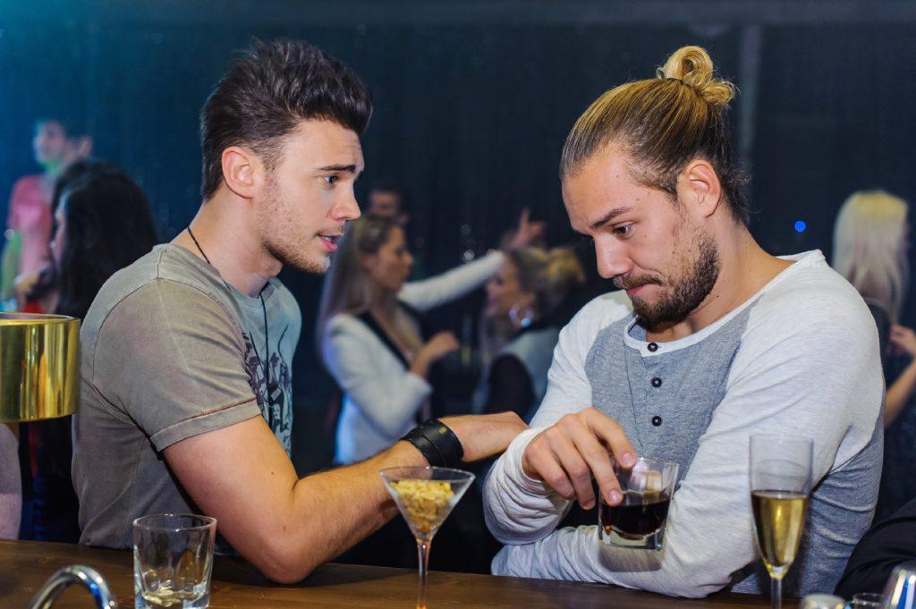Ronny (Bela Klentze, l.) und Leo (Julian Bayer) hängen im Club ab.