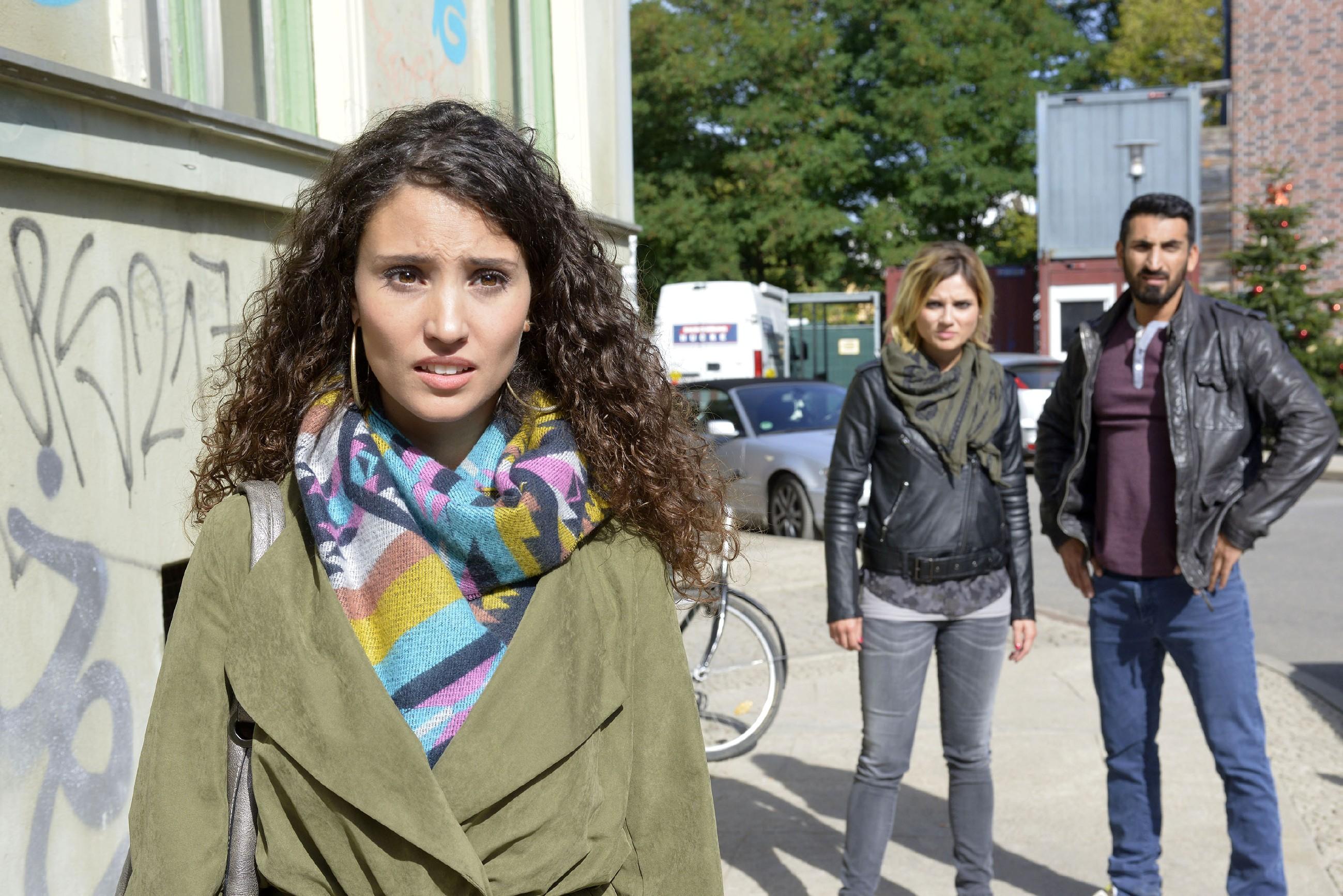 Weil sie Ayla (Nadine Menz, l.) vor einem furchtbaren Fehler bewahren wollen, greifen Anni (Linda Marlen Runge) und Mesut (Mustafa Alin) zu einer drastischen Maßnahme...