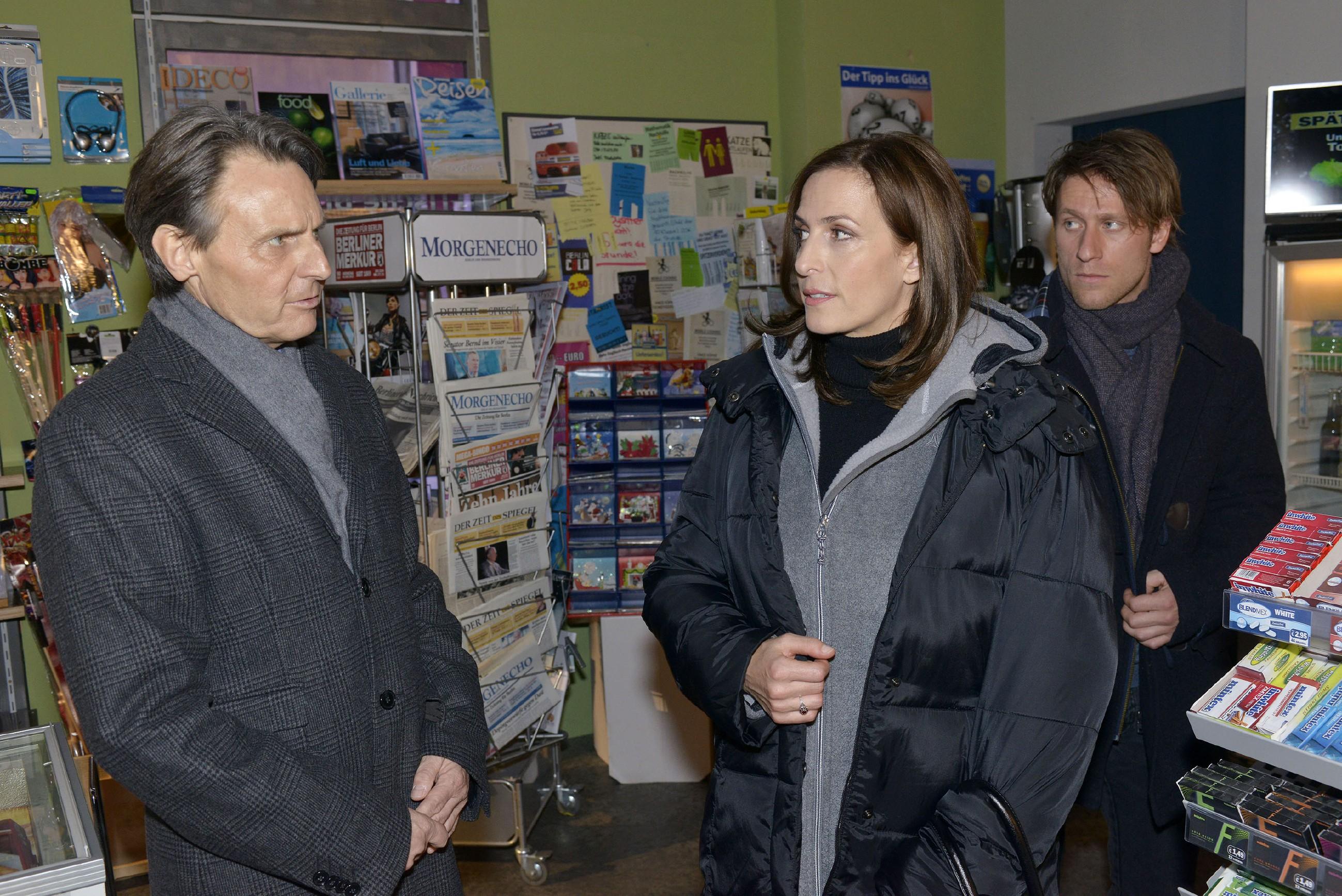 Gerner (Wolfgang Bahro, l.) trifft kurz vor dem Jahreswechsel auf Katrin (Urlike Frank) und Till (Merlin Leonhardt) und geht einen Schritt auf Katrin zu.