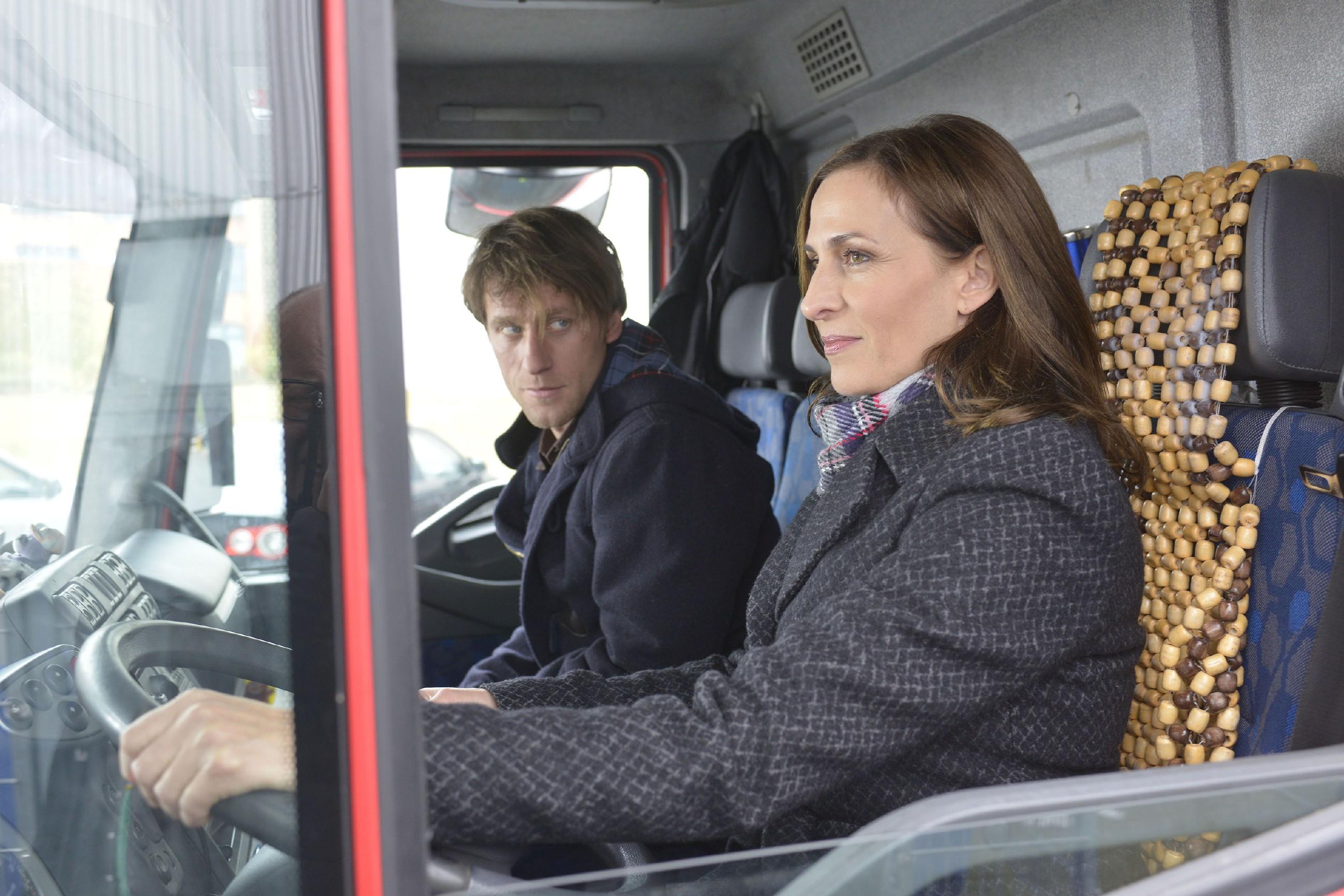 Als Tills (Merlin Leonhardt) Plan, den LKW mit Kleidung für die Obdachlosen zu klauen, an seinem Handicap zu scheitern droht, springt Katrin (Ulrike Frank) ein und fährt den Lastwagen...