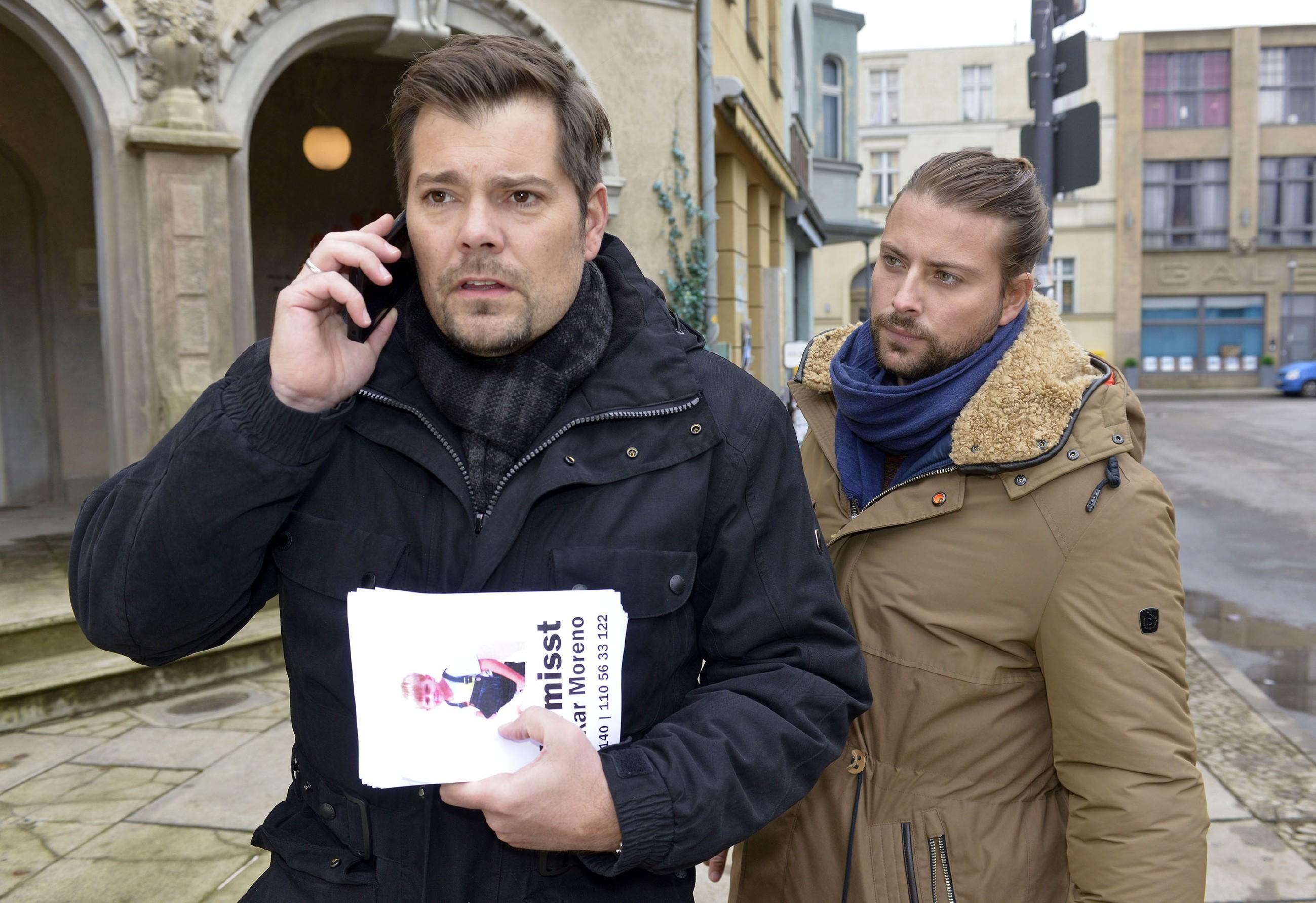 Voller Sorge machen sich Leon (Daniel Fehlow, l.) und John (Felix von Jascheroff) auf die Suche nach Oscar, der plötzlich verschwunden ist.