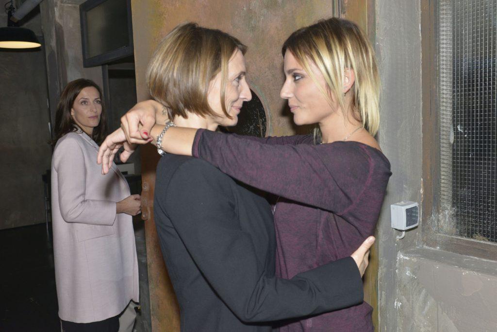 Katrin (Ulrike Frank, l.) wird auf Rosa (Joana Schümer, M.) und Anni (Linda Marlen Runge) als Paar aufmerksam, doch zu Annis Freude steht Rosa souverän zu ihrer Beziehung.