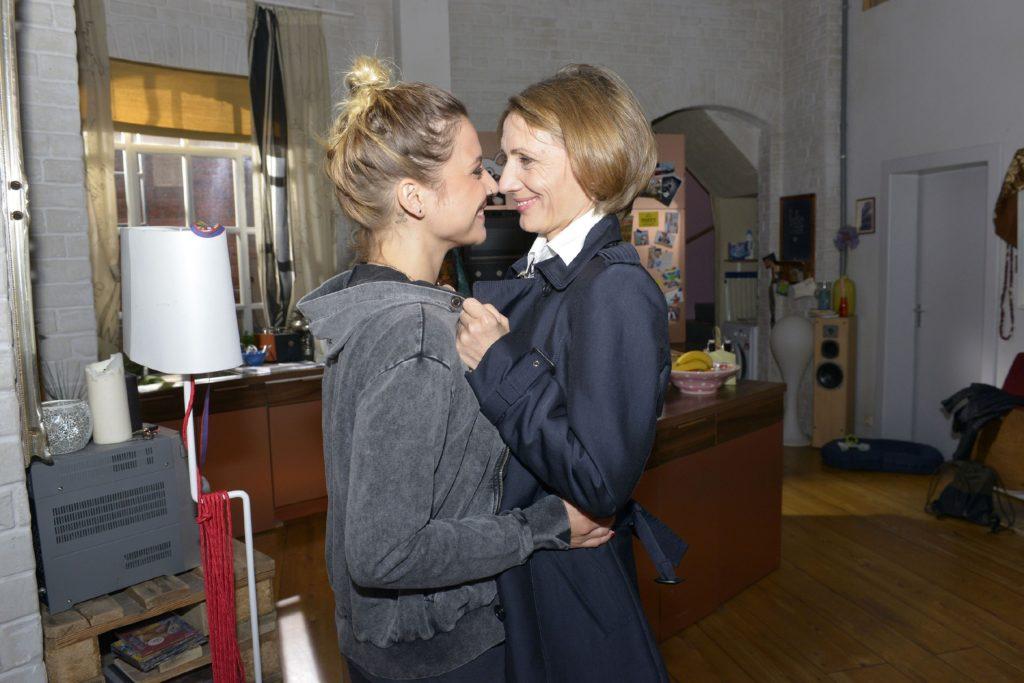 Anni (Linda Marlen Runge, l.) und Rosa (Joana Schümer) können nicht voneinander lassen...