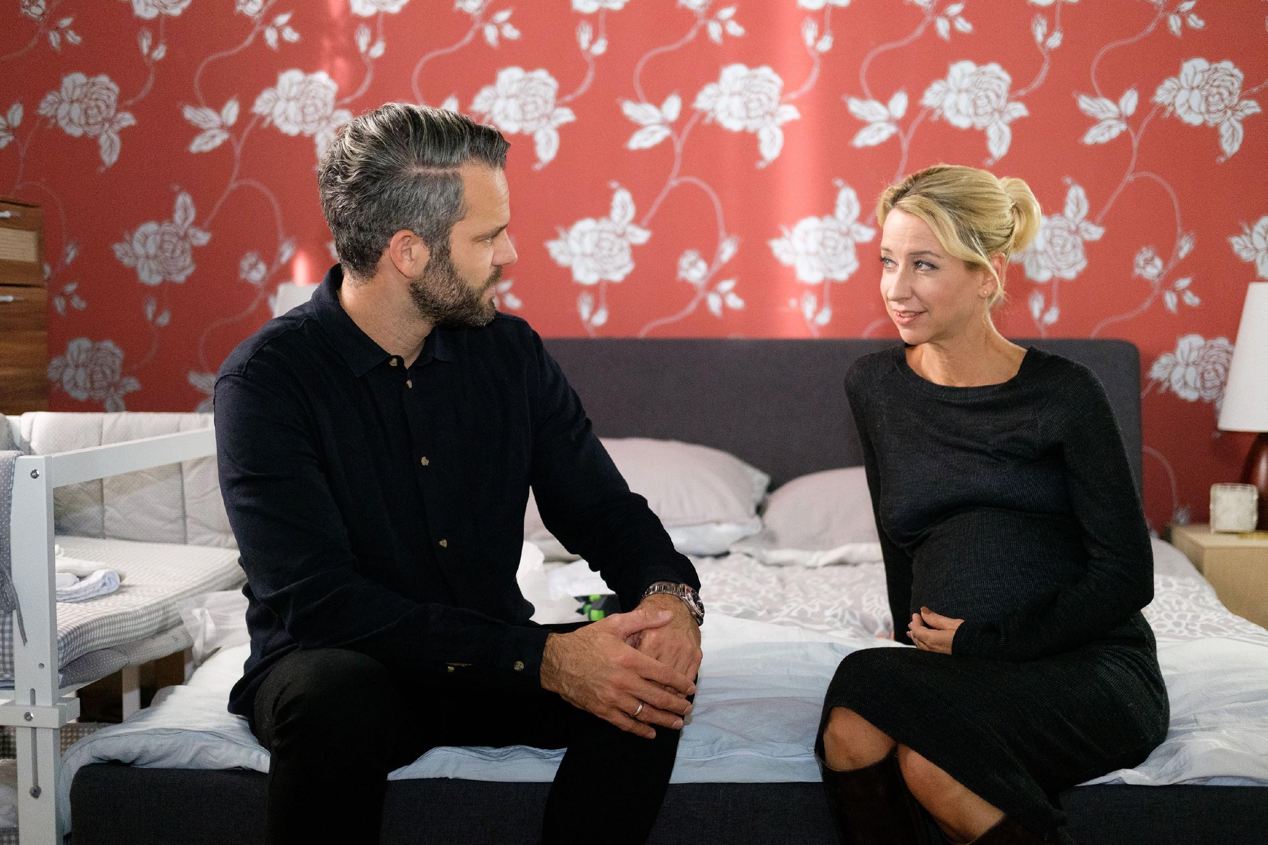 Till (Ben Ruedinger) und Ute (Isabell Hertel) nähern sich in Evas Abwesenheit zaghaft wieder an, als Ute Hilfe beim Aufbau der neuen Babymöbel braucht.