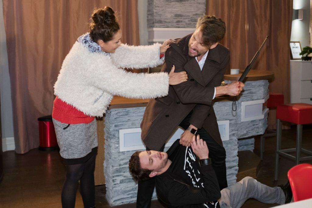 Caro (Ines Kurenbach) versucht Malte (Stefan Bockelmann) in letzter Sekunde davon abzuhalten, einen fatalen Fehler zu begehen und Mario (Arne Rudolf, unten) zu erschlagen...