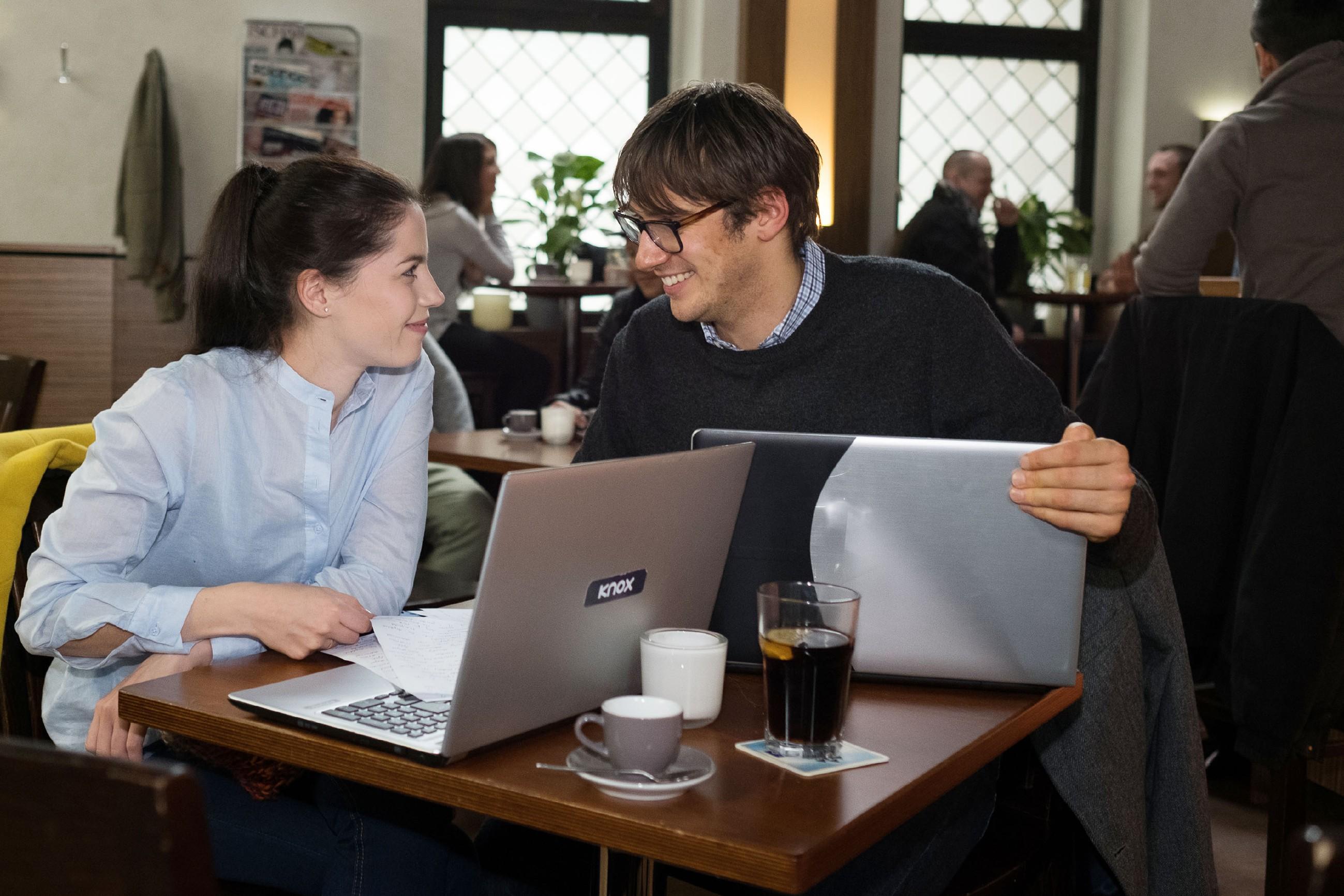 Sina (Valea Katharina Scalabrino) und Lukas (Philipp Oliver Baumgarten) reißen sich für die gemeinsame Aufgabe zusammen und merken dabei überrascht, dass sie eigentlich ein gutes Team sind... (Foto: RTL / Stefan Behrens)