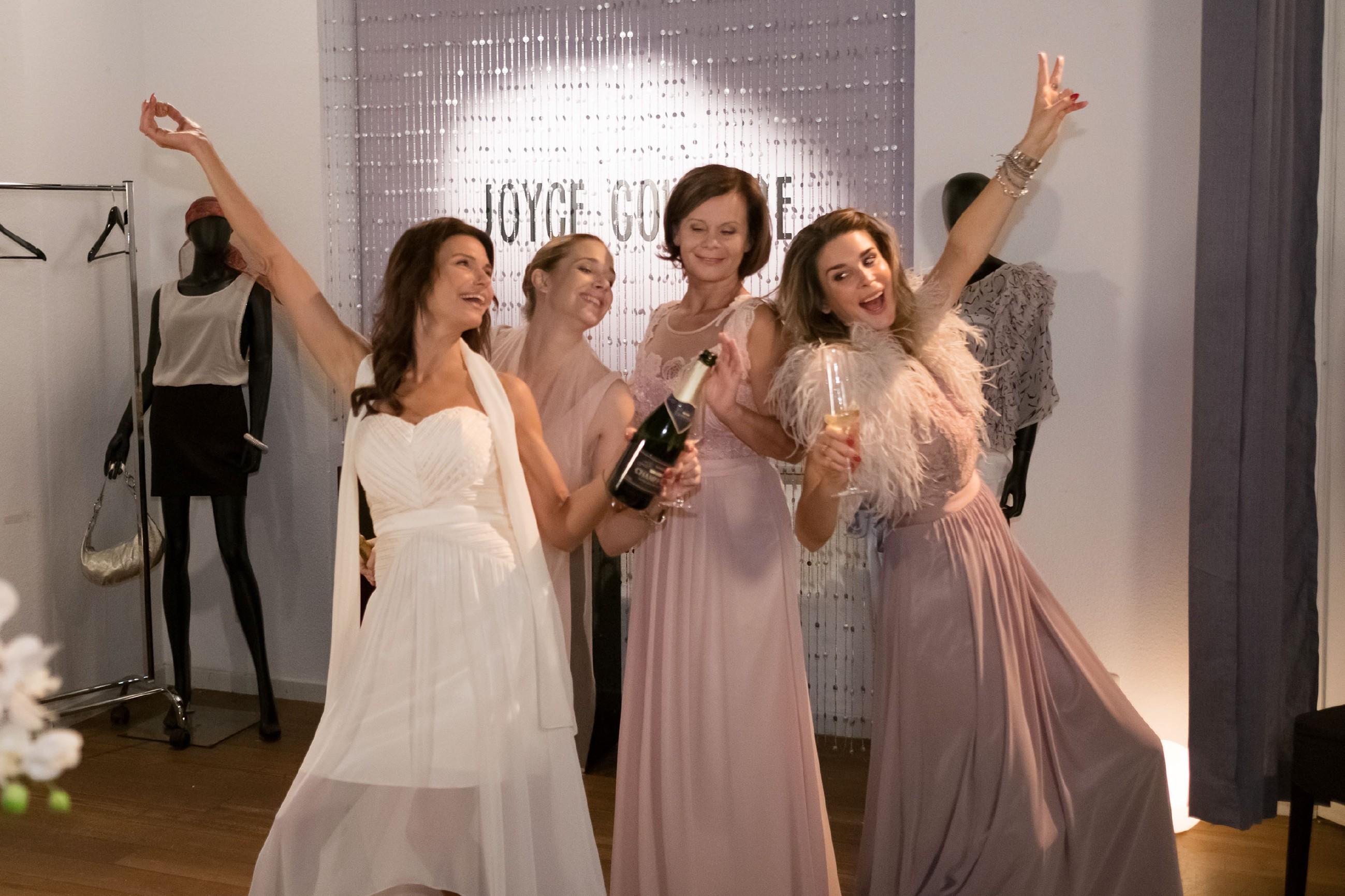 V.l.: Britta (Tabea Heynig), Andrea (Kristin Meyer), Irene (Petra Blossey) und Eva (Claudelle Deckert) amüsieren sich auf dem spontan ausgerufenen Junggesellinnenabschied bestens. (Foto: RTL / Stefan Behrens)