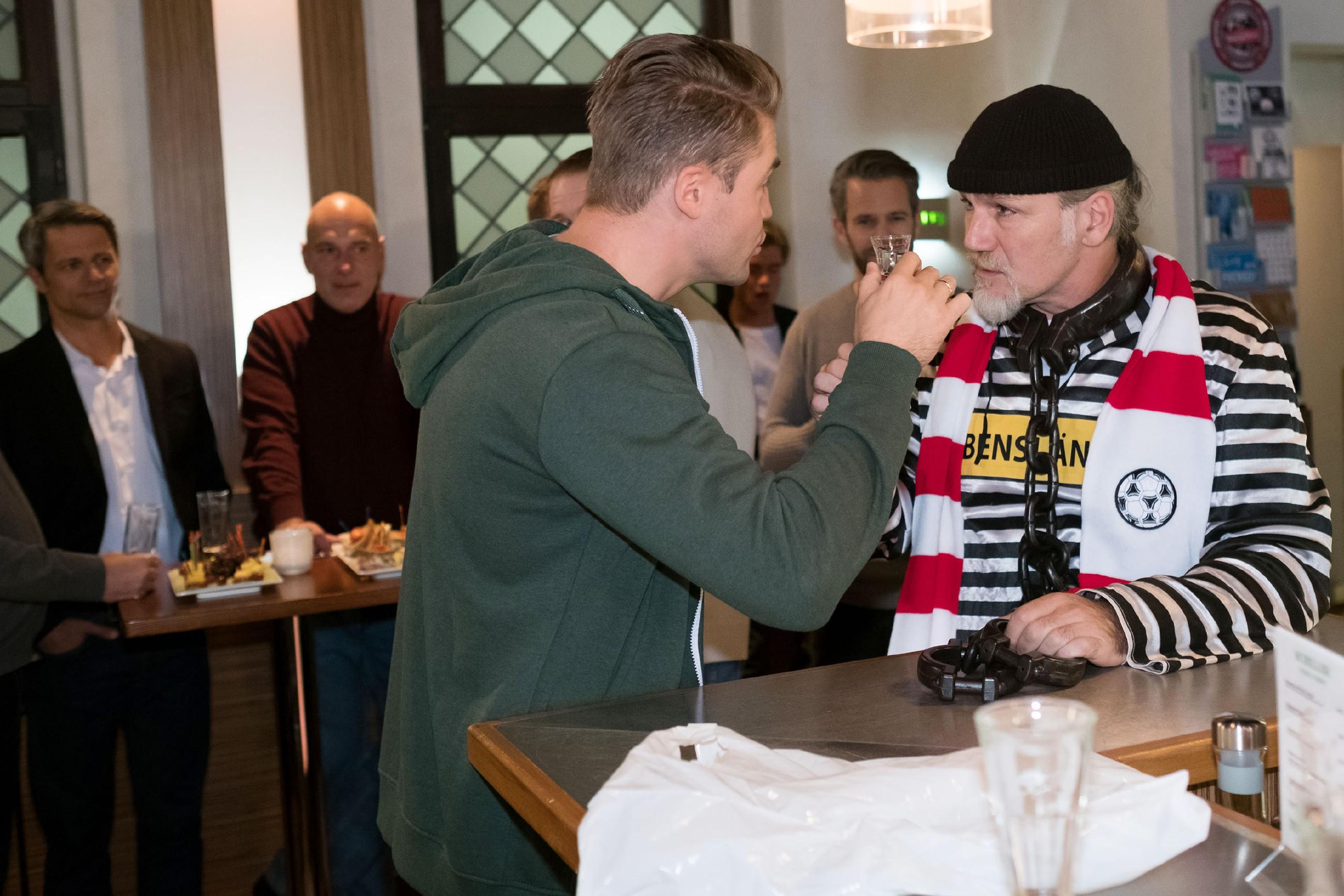 Zu Bambis (Benjamin Heinrich, vorne l.) großer Freude ist seine echte Überraschung für Robert (Luca Maric, r.) ein großer Erfolg. (Foto: RTL / Stefan Behrens)