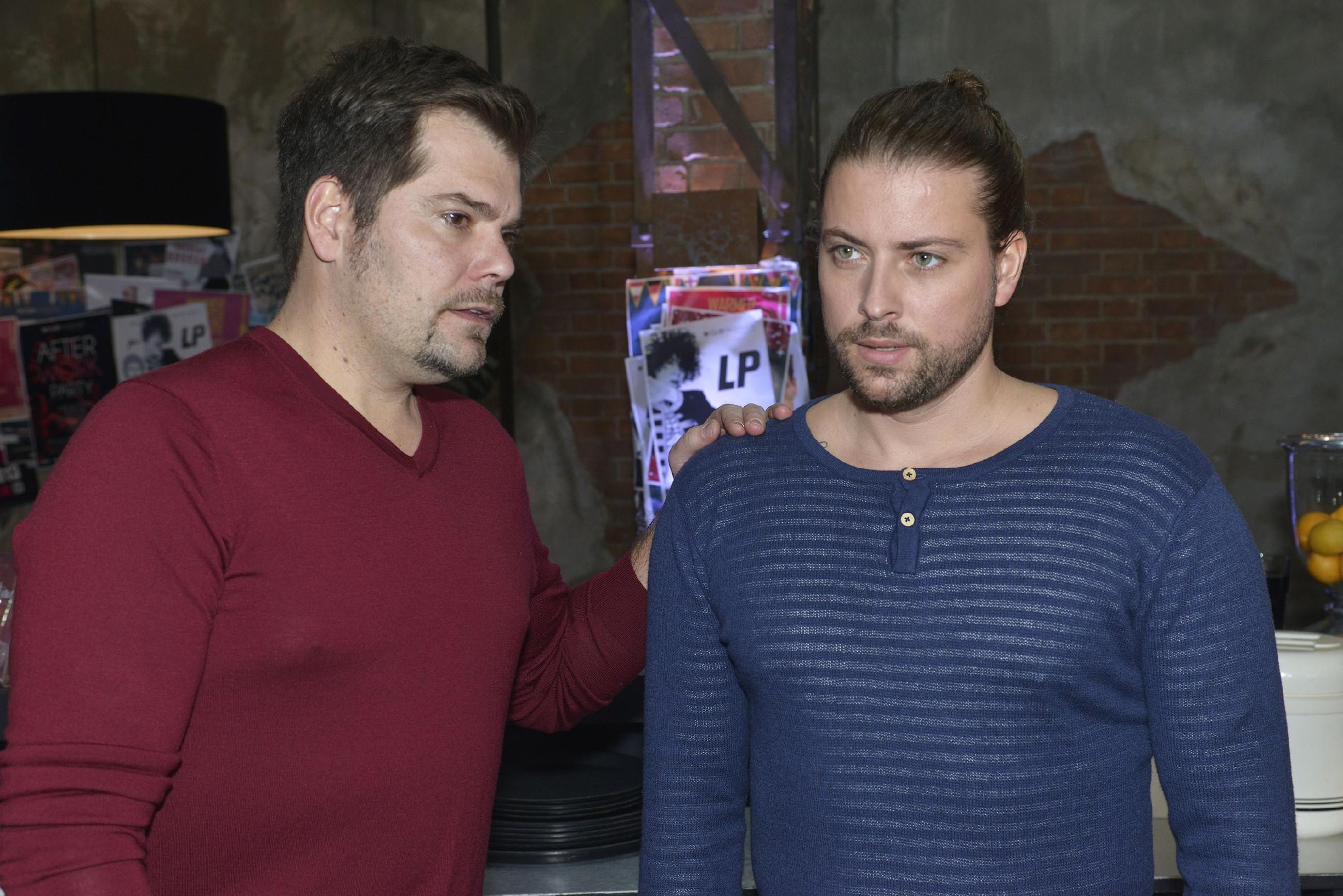 Leon (Daniel Fehlow, l.) und John (Felix von Jascheroff) hoffen, dass die Therapie Leons Beziehung mit Sophie retten kann. (Foto: RTL / Rolf Baumgartner)