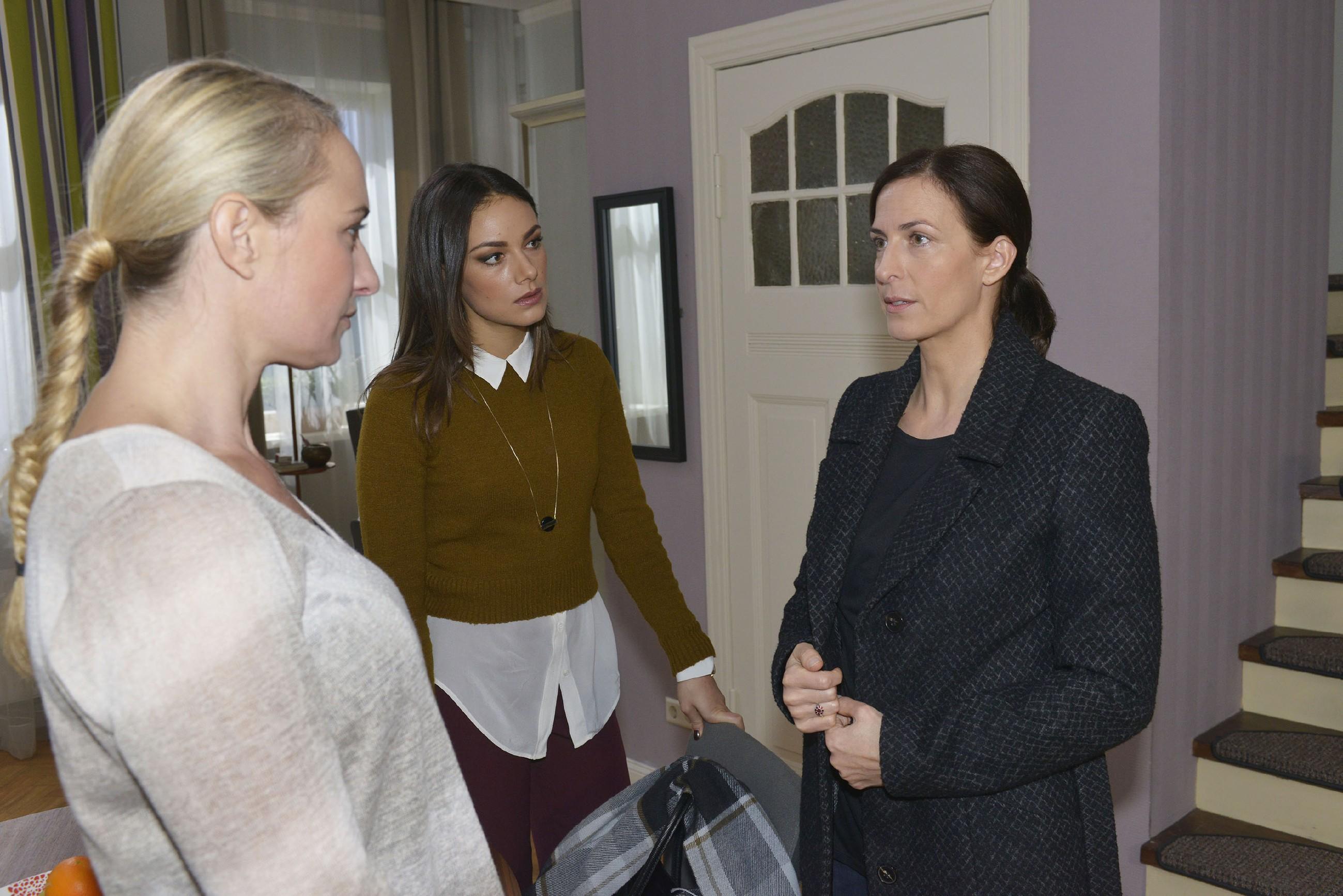 Katrin (Ulrike Frank, r.) erklärt Jasmin (Janina Uhse, M.) und Maren (Eva Mona Rodekirchen), dass sie Till nahe sein möchte. (Foto: RTL / Rolf Baumgartner)