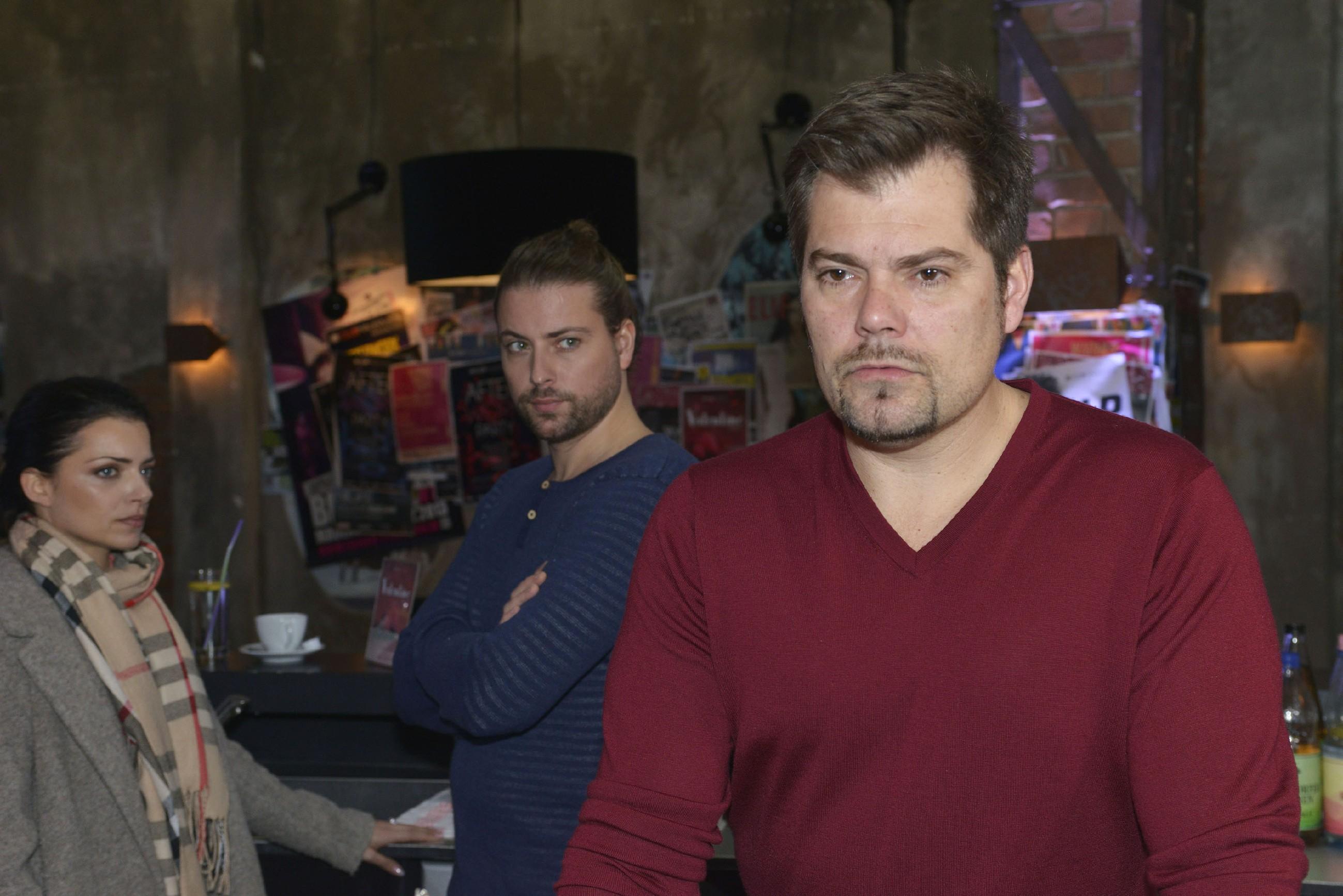 Leon (Daniel Fehlow, r.) ist überrascht, als er im Beisein von John (Felix von Jascheroff) von Emily (Anne Menden) erfährt, dass Sophie eine Therapie begonnen hat. (Foto: RTL / Rolf Baumgartner)