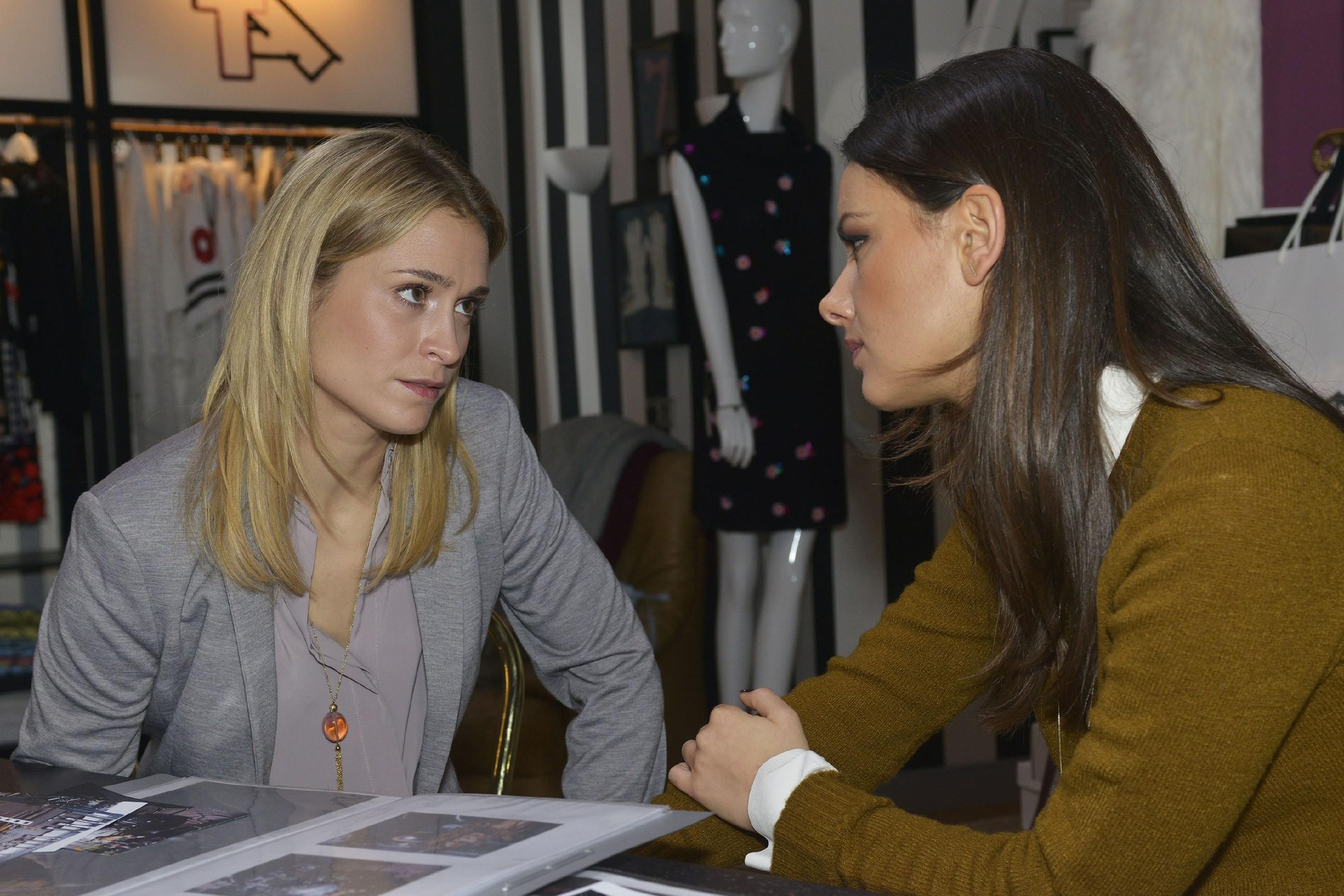 Sophie (Lea Marlen Woitack, l.) vertraut Jasmin (Janina Uhse) an, dass sie um ihre Ehe kämpfen will. (Foto: RTL / Rolf Baumgartner)