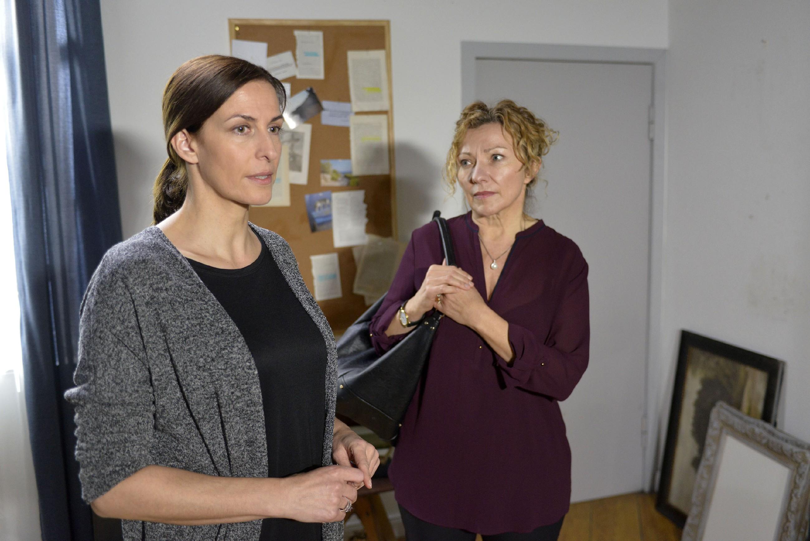 Katrin (Ulrike Frank, l.) versteht sich mit Tills Mutter Sibylle (Heike Thiem Schneider) überraschend gut - bis Katrin ihr von ihren Plänen erzählt... (Foto: RTL / Rolf Baumgartner)