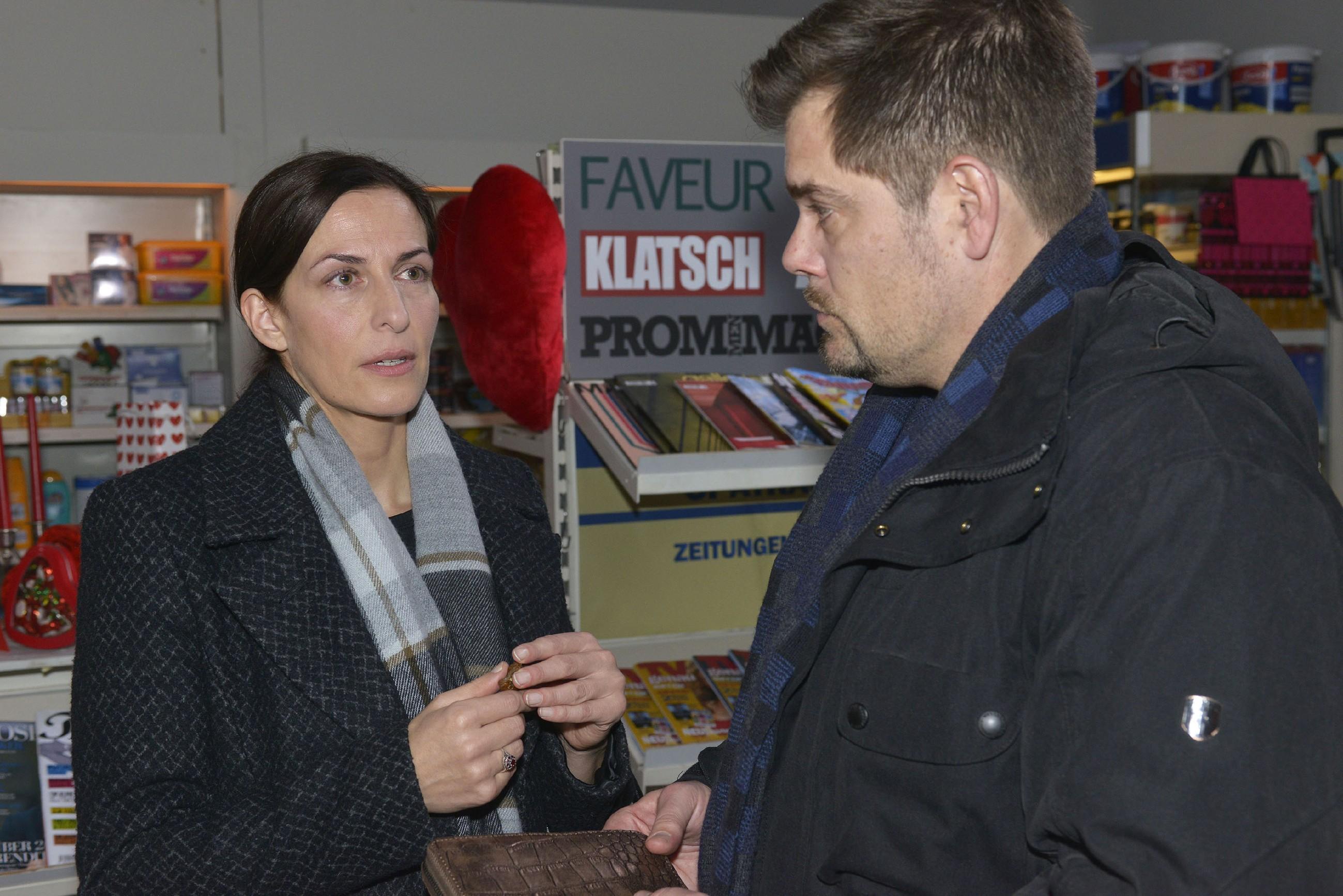 Katrin (Ulrike Frank) wird von Leon (Daniel Fehlow) bestärkt, von ihrem Liebsten Abschied zu nehmen. (Foto: RTL / Rolf Baumgartner)
