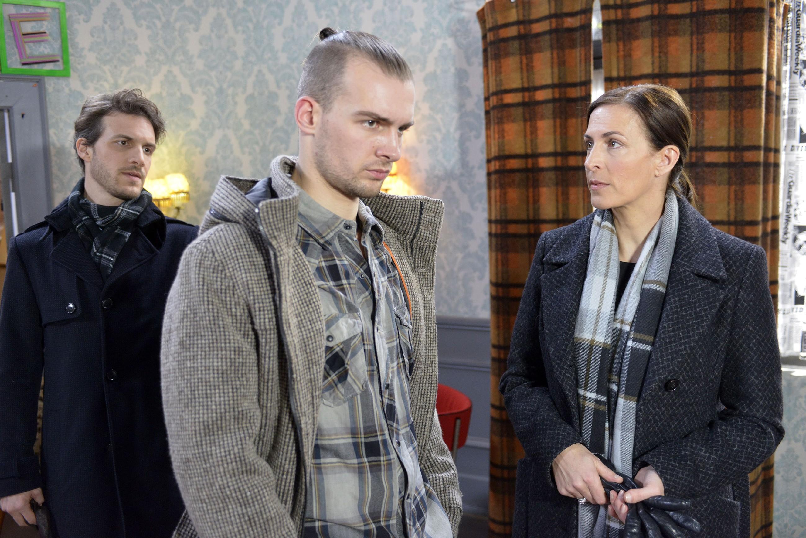 Katrin (Ulrike Frank) erzählt Chris (Eric Stehfest) im Beisein von Felix (Thaddäus Meilinger, l.), dass Tills Mutter gegen ihre Pläne ist. (Foto: RTL / Rolf Baumgartner)