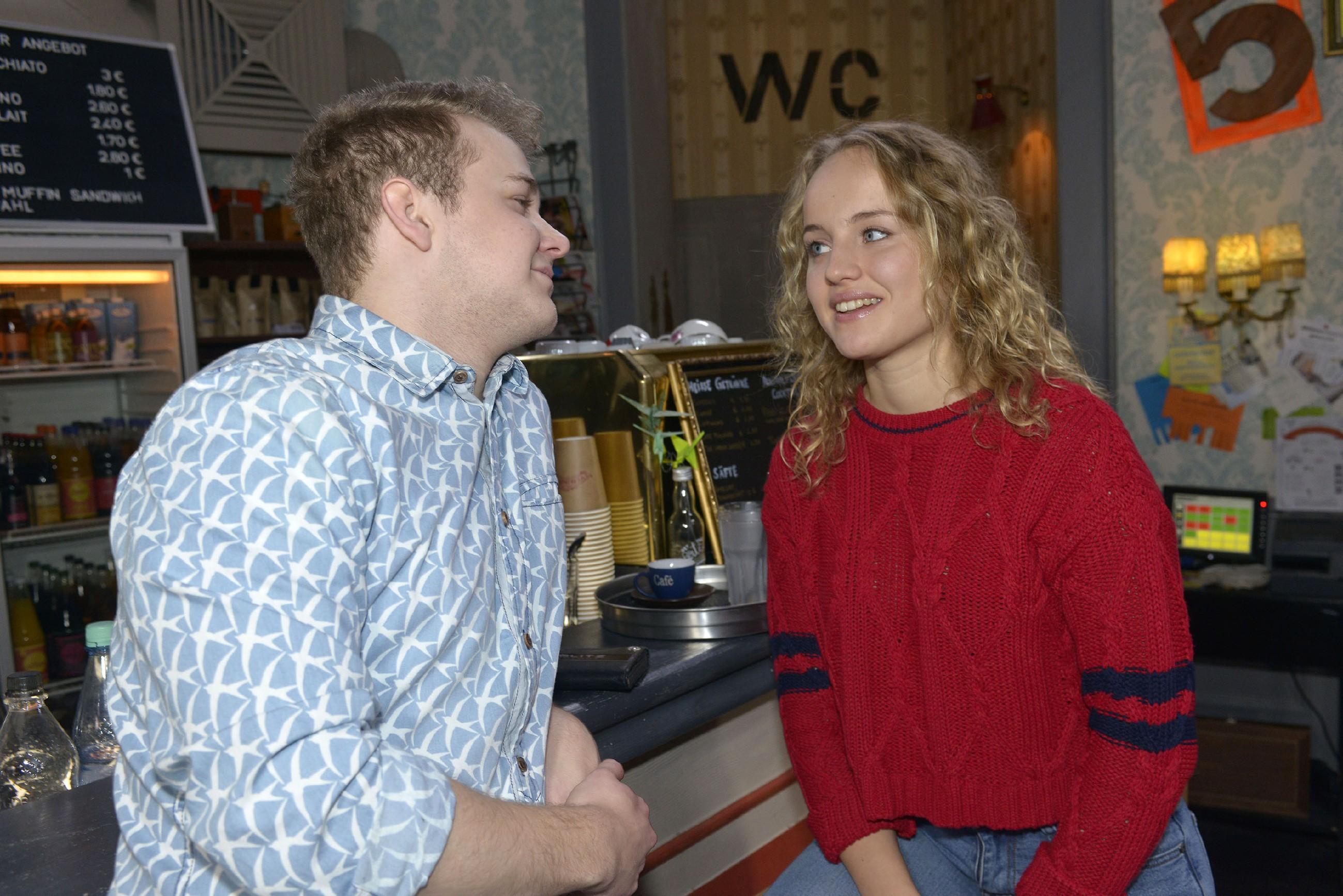 Jonas (Felix van Deventer) flirtet Jule (Luise von Finckh) an, doch die macht ihm amüsiert klar, dass sie nicht auf ihn steht. (Foto: RTL / Rolf Baumgartner)