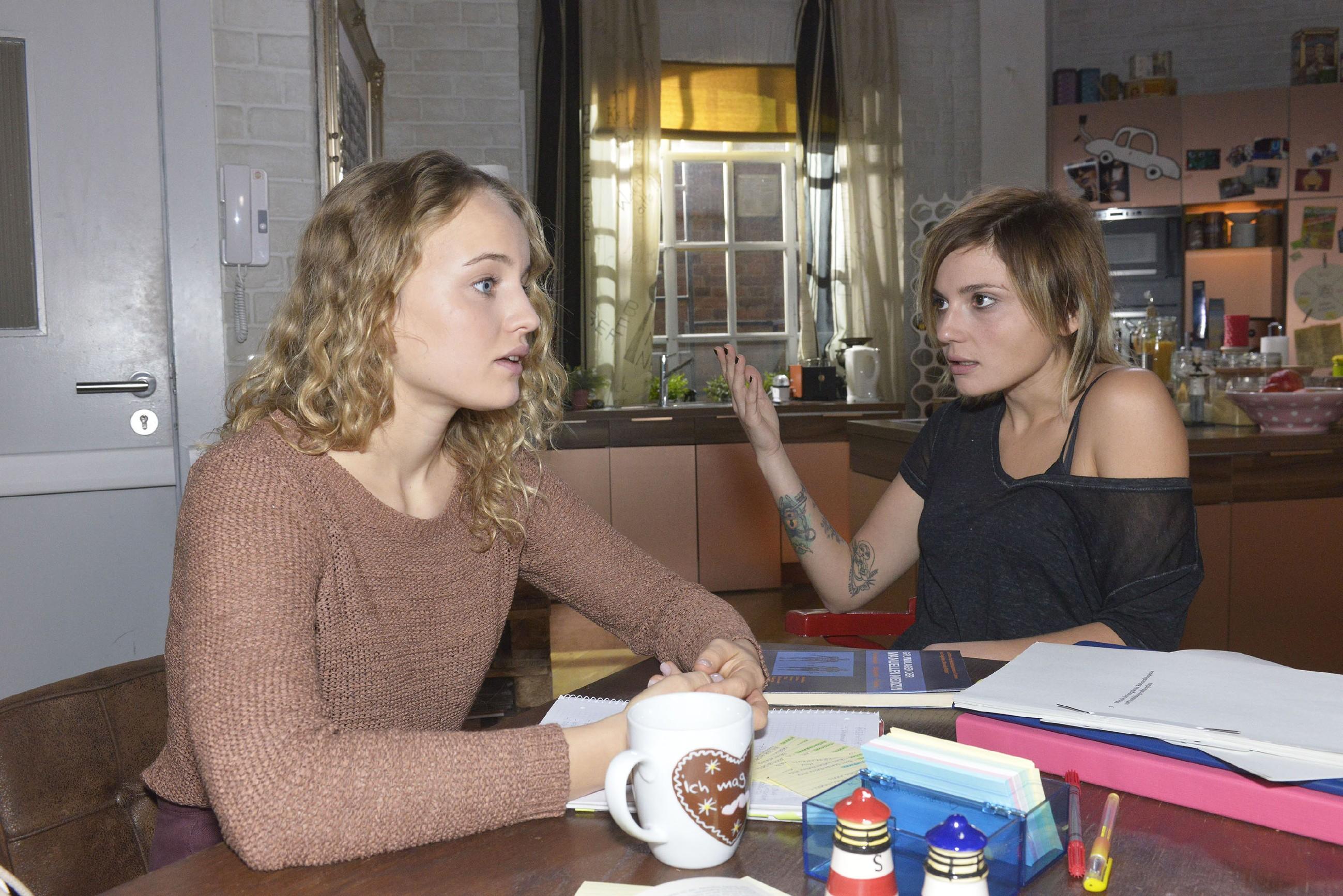 Nach Tuners Geständnis vertraut sich Jule (Luise von Finckh, l.) Anni (Linda Marlen Runge) an, die ihr eine gepfefferte Ansage macht, Tuner nicht das Herz zu brechen. (Foto: RTL / Rolf Baumgartner)