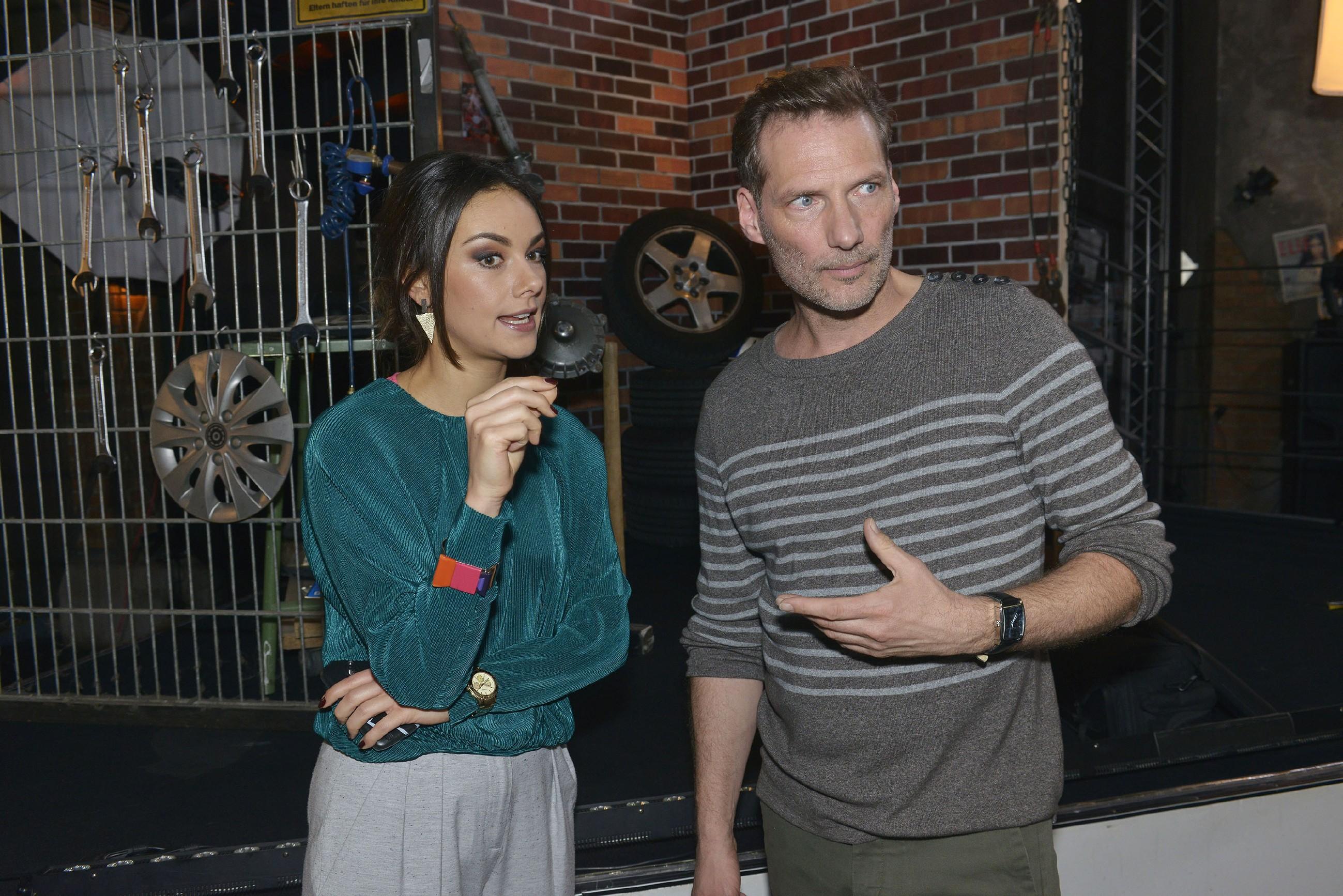 Jasmin (Janina Uhse) und Alexander (Clemens Löhr) fehlt noch ein wichtiges Requisit für das Fotoshooting. (Foto: RTL / Rolf Baumgartner)