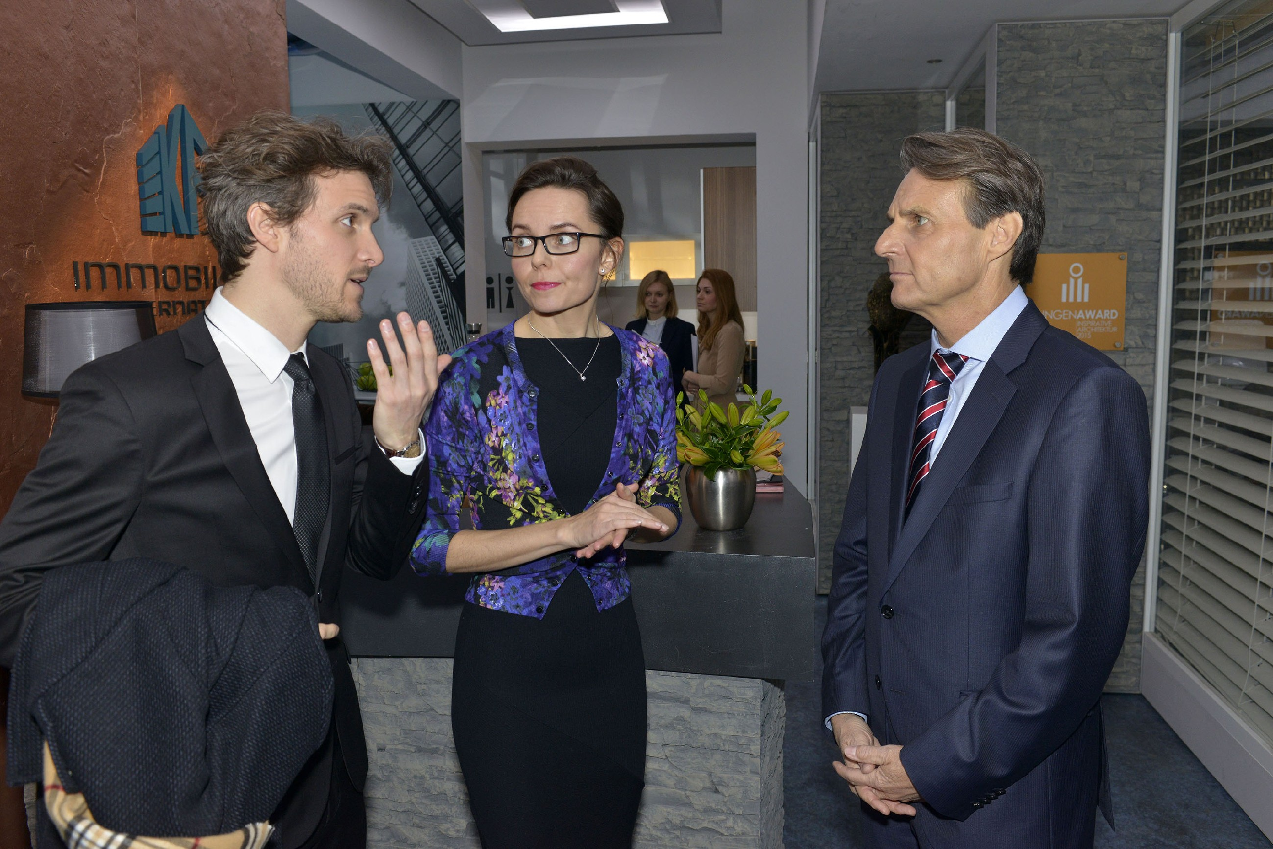 Ahnt Gerner (Wolfgang Bahro, r.), dass Felix (Thaddäus Meilinger) und Andrea (Yvonne Ernicke) ihn zum Geburtstag überraschen wollen? (Foto: RTL / Rolf Baumgartner)