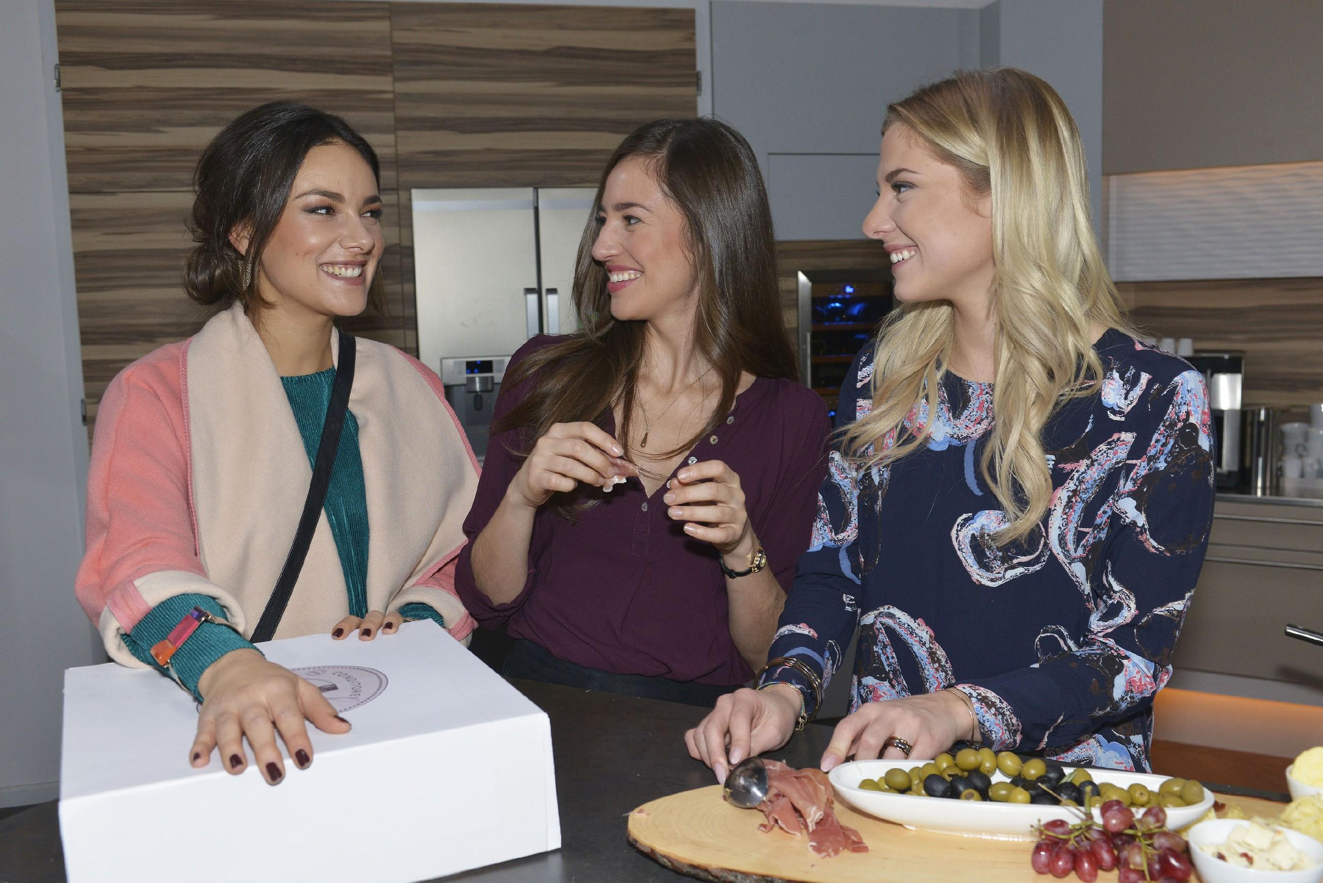 Jasmin (Janina Uhse, l.), Elena (Elena Garcia Gerlach, M.) und Sunny (Valentina Pahde) hoffen auf eine gelungene Überraschungsparty für Gerner.(Foto: RTL / Rolf Baumgartner)