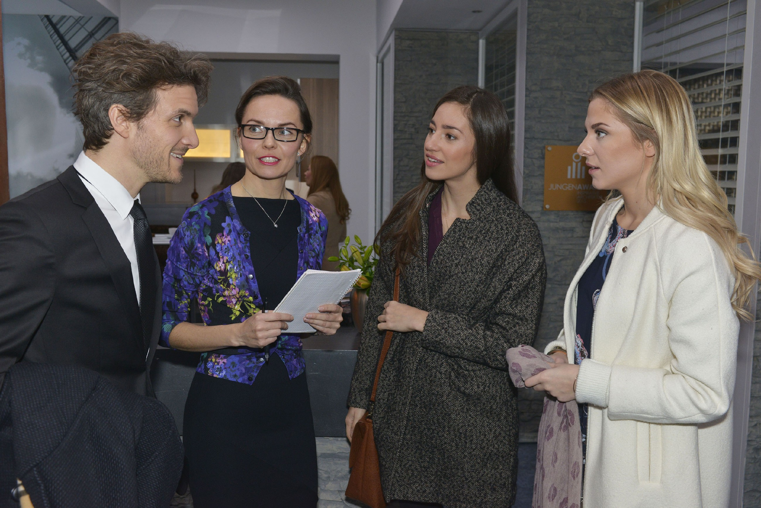 Felix (Thaddäus Meilinger), Andrea (Yvonne Ernicke), Elena (Elena Garcia Gerlach) und Sunny (Valentina Pahde) wollen für Jo Gerner eine Überraschungsparty ausrichten.(Foto: RTL / Rolf Baumgartner)
