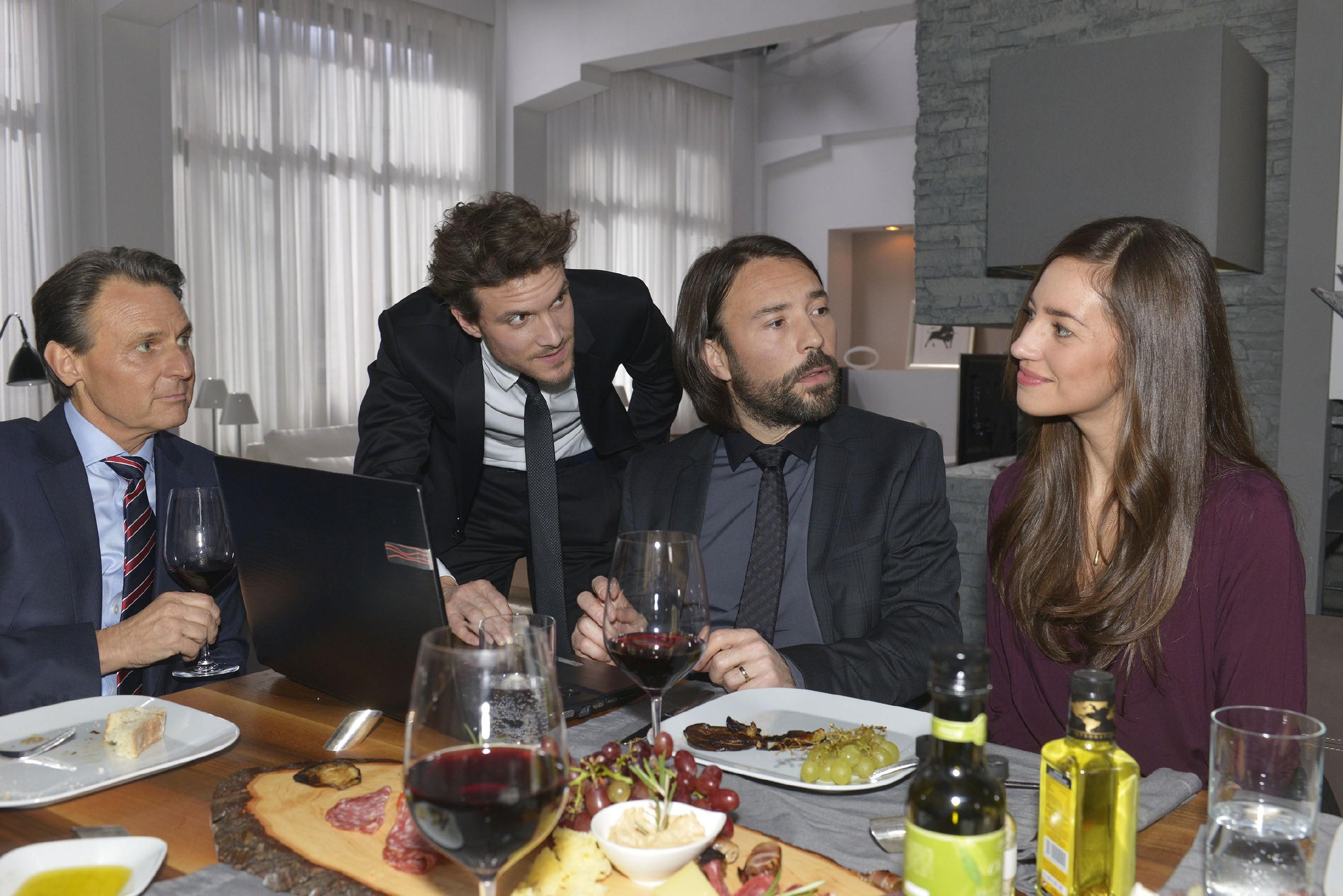 Elena (Elena Garcia Gerlach) gibt sich als Dolmetscherin redlich Mühe, den schwerreichen Latino Thiago Sanchez (Alberto Ruano, 2.v.l.), der von Gerner (Wolfgang Bahro, l.) und Felix (Thaddäus Meilinger) zum Brunch eingeladen wurde, bei Laune zu halten - bis dieser ihr plötzlich Avancen macht... (Foto: RTL / Rolf Baumgartner)