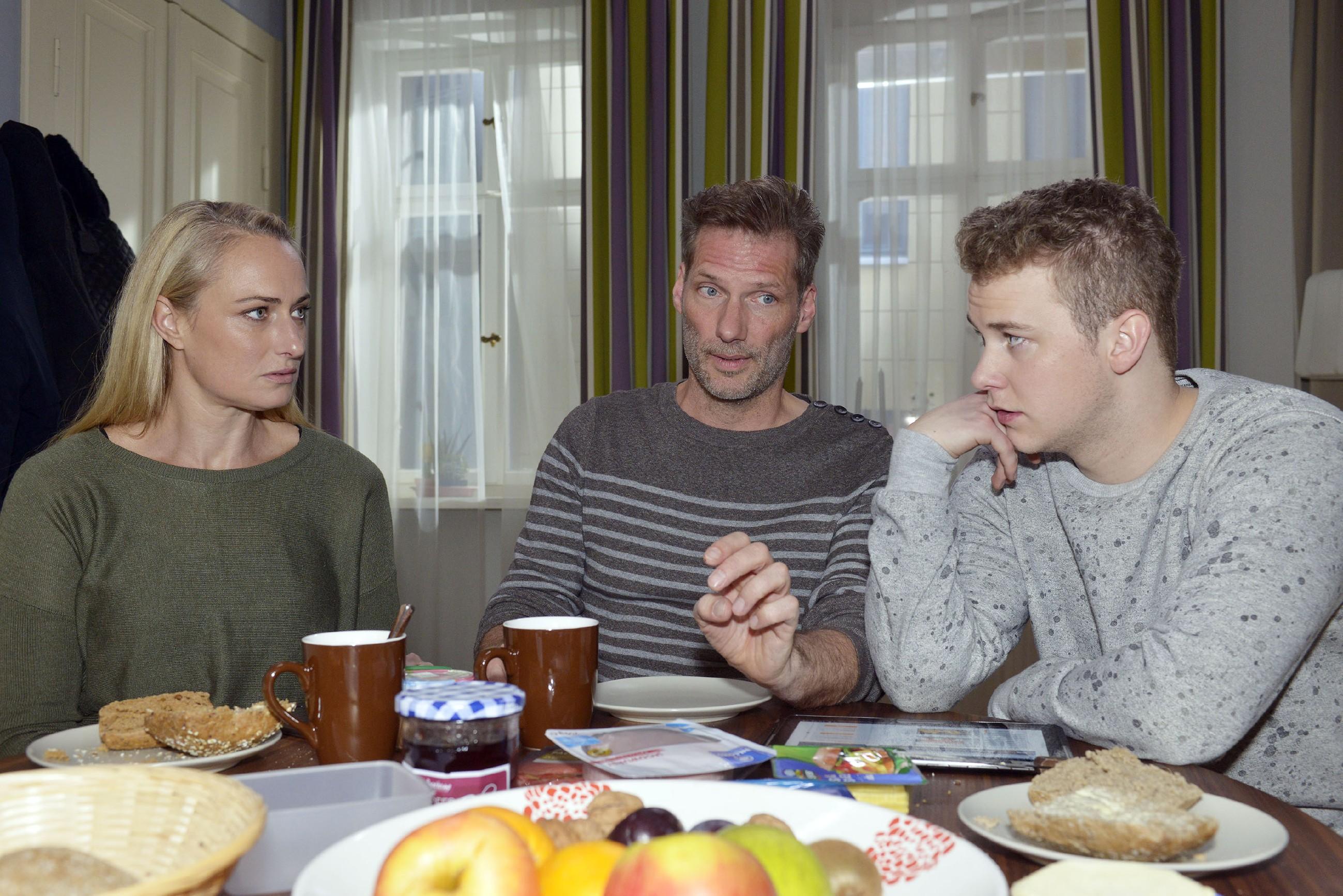 Maren (Eva Mona Rodekirchen) macht sich Sorgen um Jonas' (Felix van Deventer, r.) Abi, weil der nur noch an seinem Roller schraubt, anstatt zu lernen. Als Alexander (Clemens Löhr) hintersinnig versucht, Jonas zum Verkauf des Rollers zu überreden, stellt der sich quer, weil ihm der Marktpreis viel zu niedrig ist. (Foto: RTL / Rolf Baumgartner)