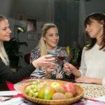"""Michelle (Franziska Benz, r.) schaut nach der """"Vincent-Episode"""" gelöst in die Zukunft und stößt mit Marie (Cheyenne Pahde, l.) und Iva (Christina Klein) darauf an. (Foto: RTL / Kai Schulz)"""