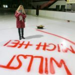 Diana (Tanja Szewczenko) wundert sich, wo Ingo steckt und was es mit dem halbfertigen Heiratsantrag auf dem Eis auf sich hat... (Foto: RTL / Kai Schulz)