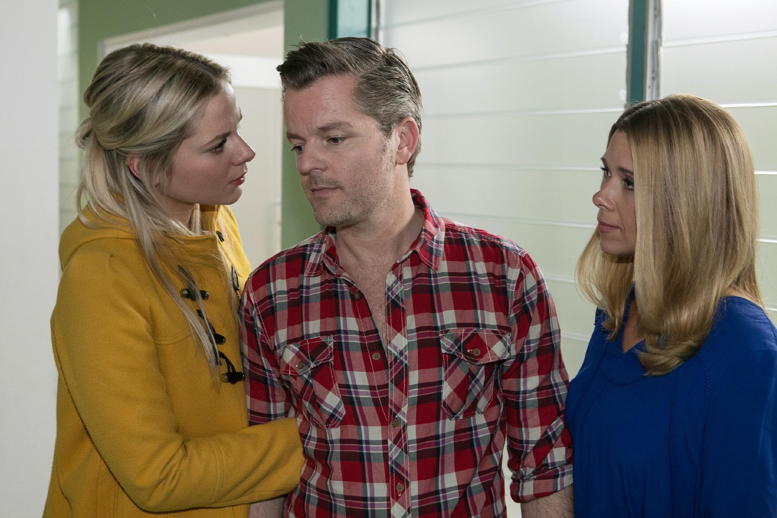 Diana (Tanja Szewczenko, r.) und Marie (Cheyenne Pahde) sind entschlossen, Ingo (André Dietz) beizustehen, sollte der Krebs tatsächlich zurück sein. (Foto: RTL / Kai Schulz)