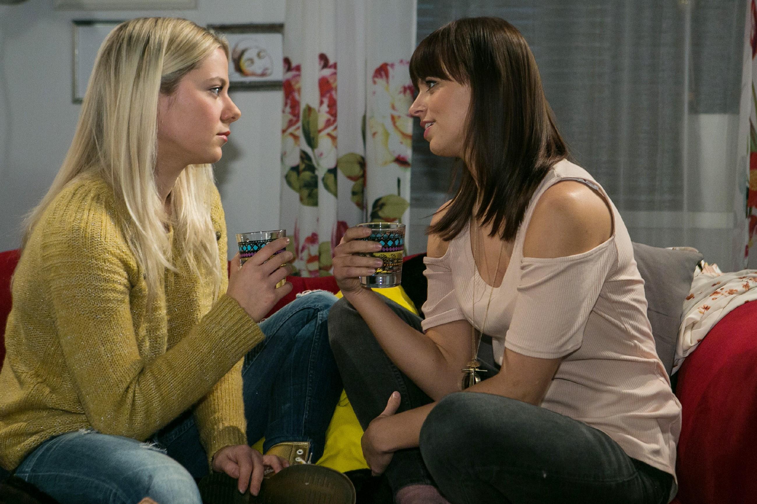 Michelle (Franziska Benz, r.) erzählt Marie (Cheyenne Pahde), dass sie nicht daran glaubt, dass Jenny eine Aufhebung ihrer Sperre erwirken kann. (Foto: RTL / Kai Schulz)